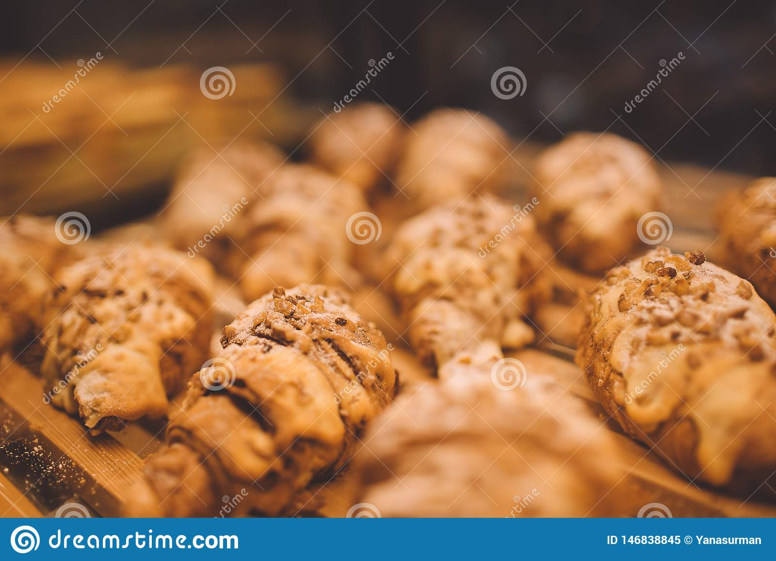 Πρόσφατα ψημένος croissants σε ένα κατάστημα αρτοποιείων
