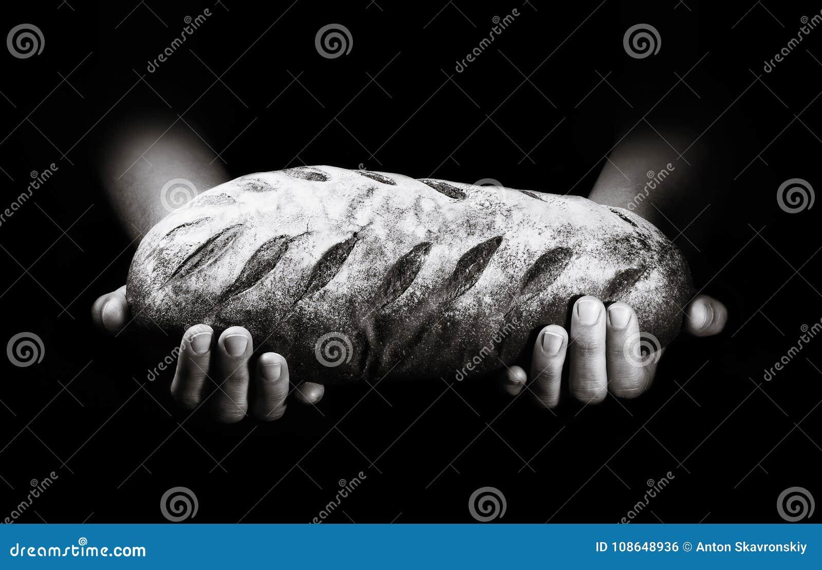 Πρόσφατα ψημένο ψωμί σε ένα μαύρο υπόβαθρο