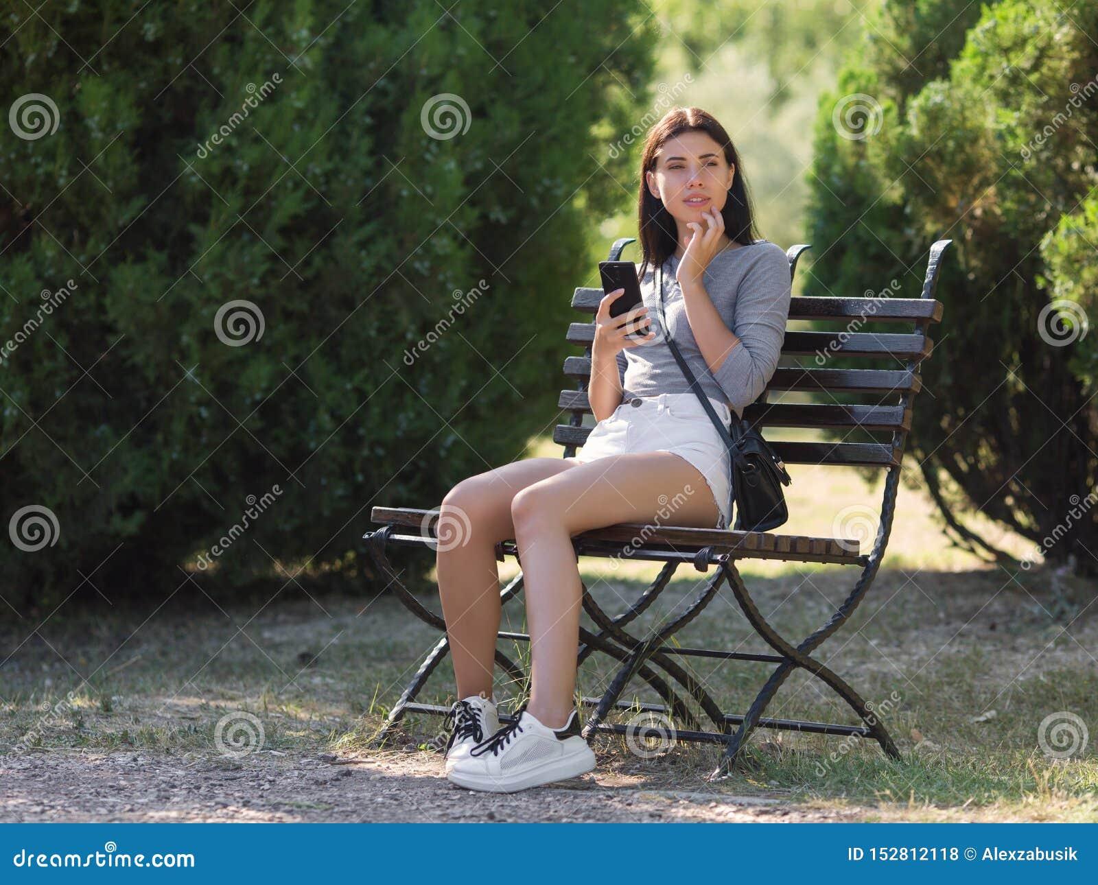 Πρόσφατος-teens-αργά κορίτσι στο πάρκο