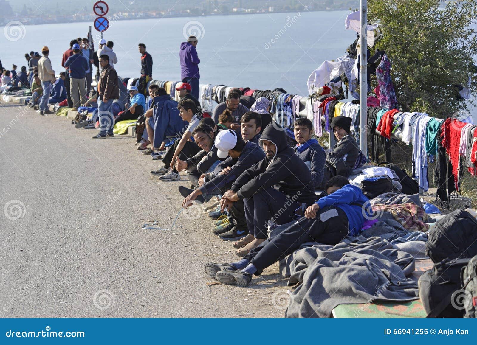 Πρόσφυγες sittng στην οδό Λέσβος Ελλάδα