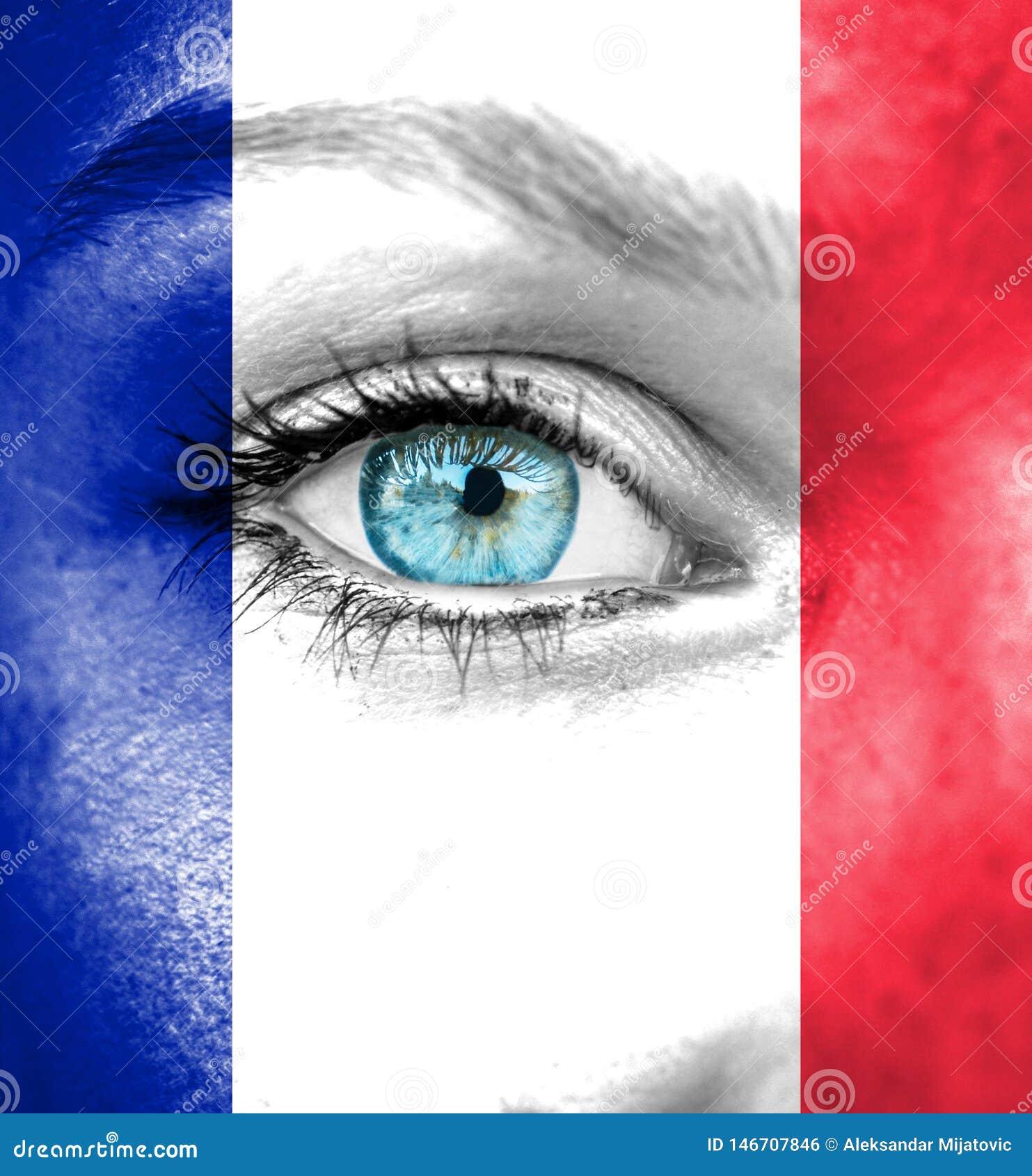 Πρόσωπο γυναικών που χρωματίζεται με τη σημαία της Γαλλίας