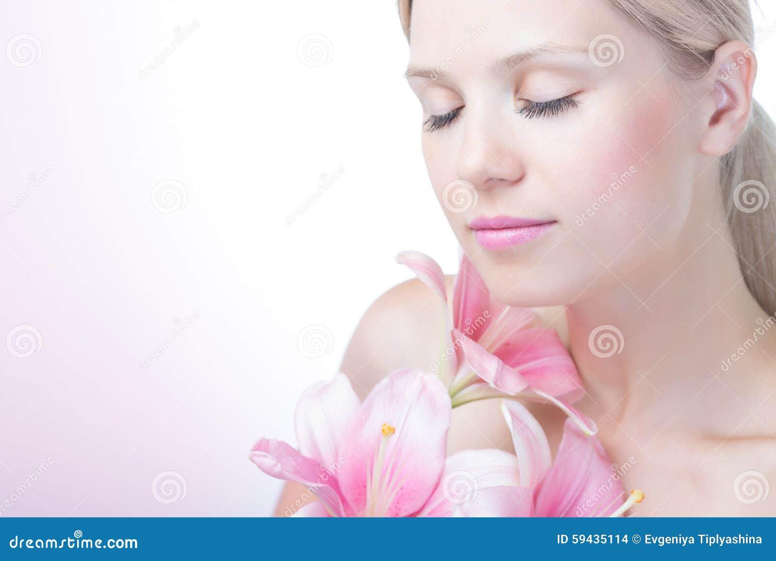 Πρόσωπο μιας όμορφης γυναίκας με τον κρίνο