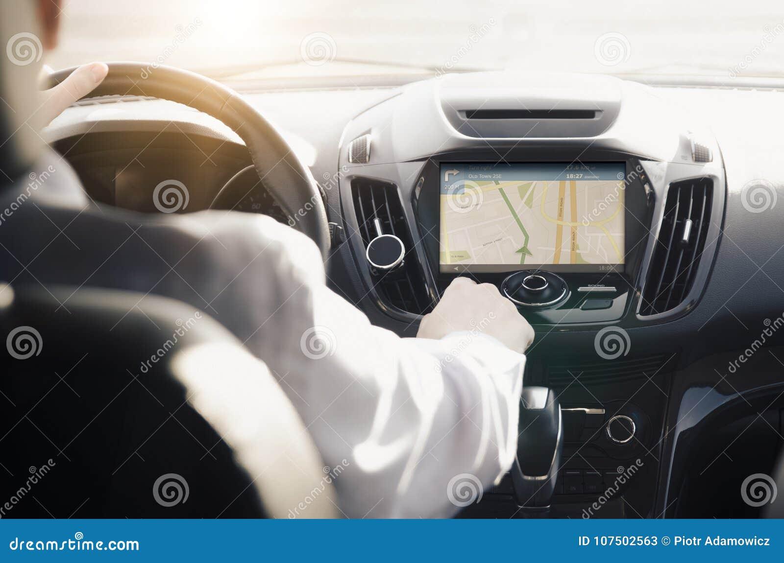 Πρόσωπο που οδηγεί ένα αυτοκίνητο με τη ναυσιπλοΐα ΠΣΤ