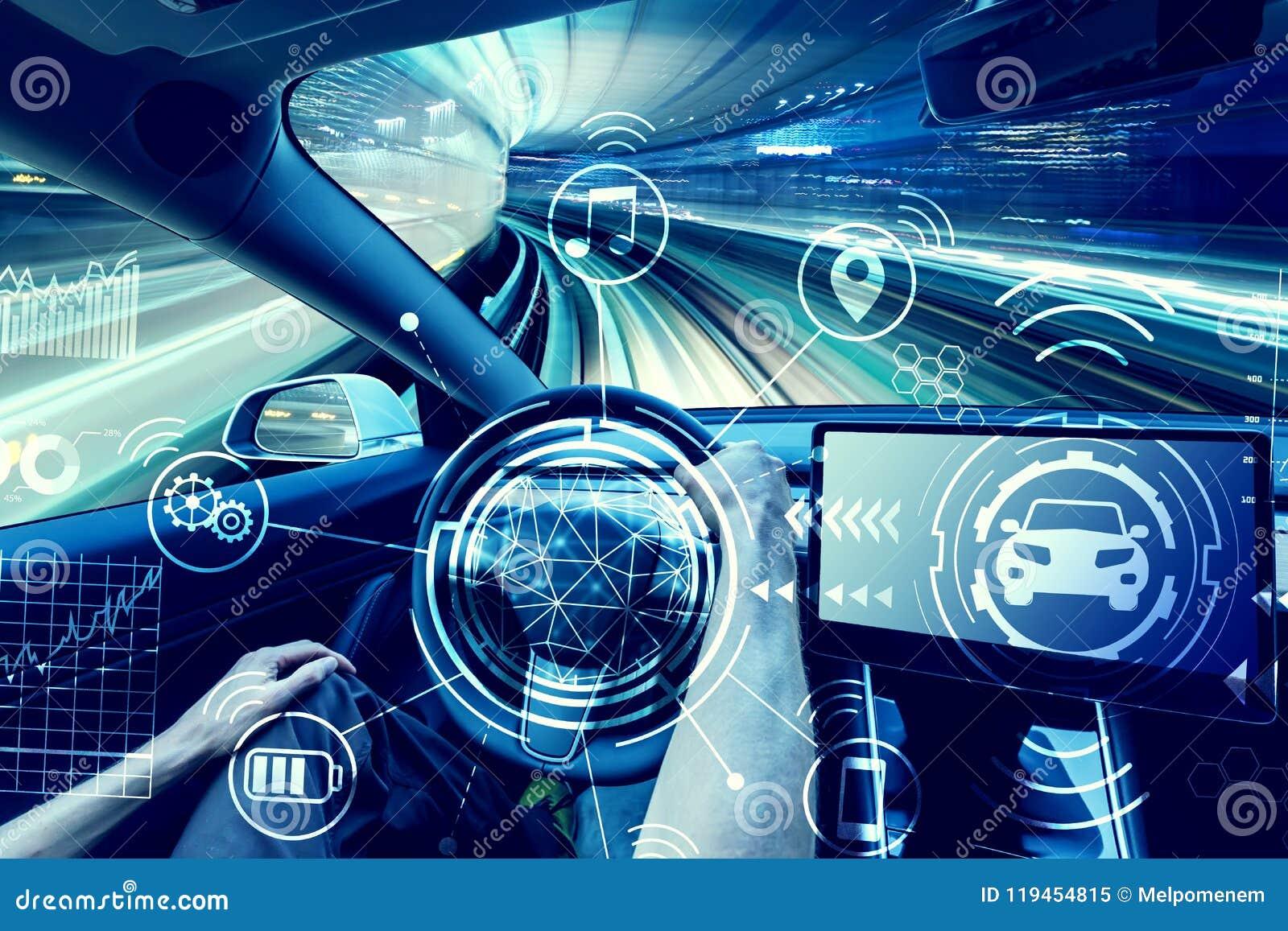 Πρόσωπο που οδηγεί ένα νέο ηλεκτρικό όχημα