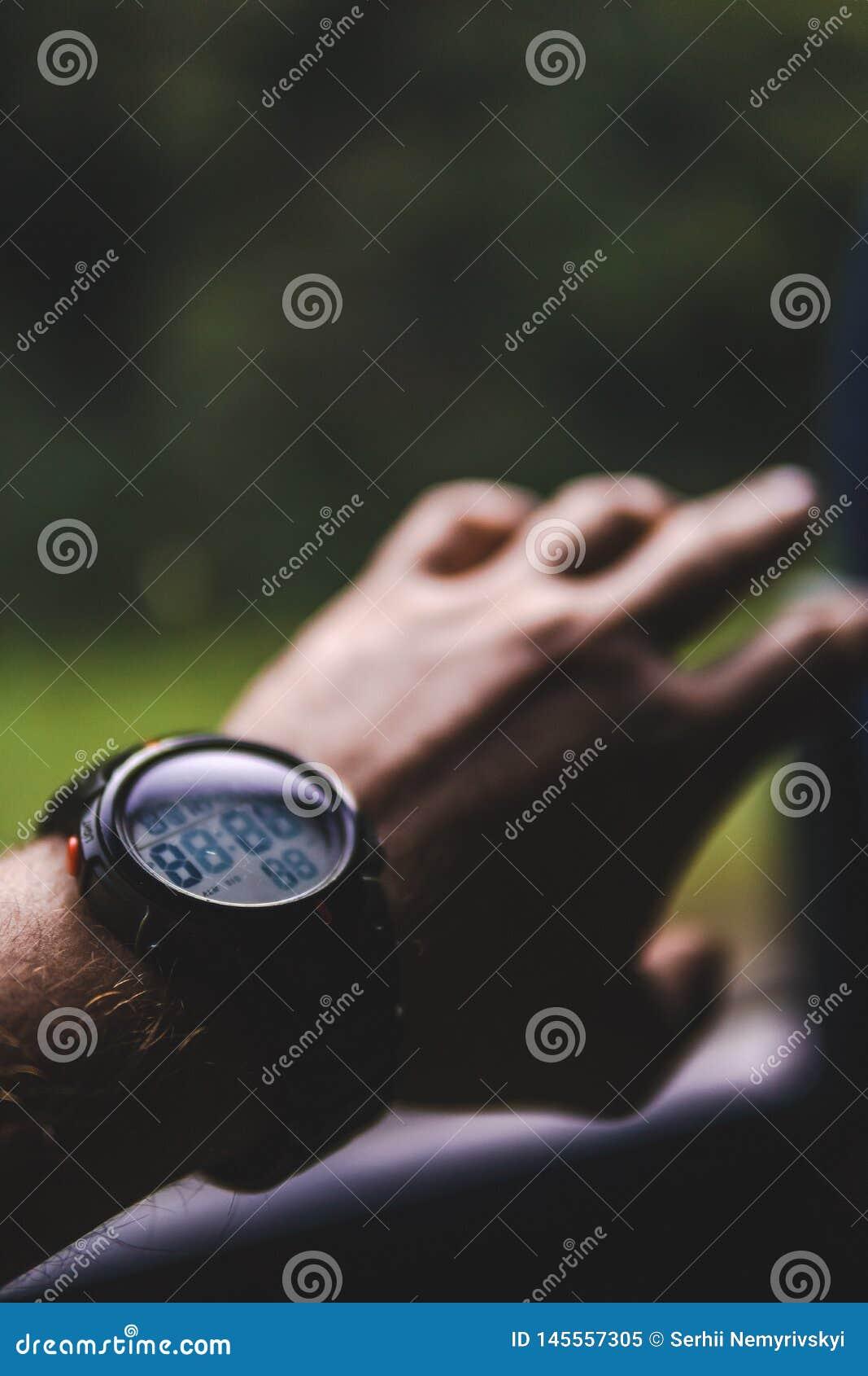 Πρόσωπο που χρησιμοποιεί το ρολόι Νεαρός άνδρας νεαρών άνδρων που οδηγά ένα λεωφορείο στο δρόμο που φαίνεται έξω το παράθυρο έννο