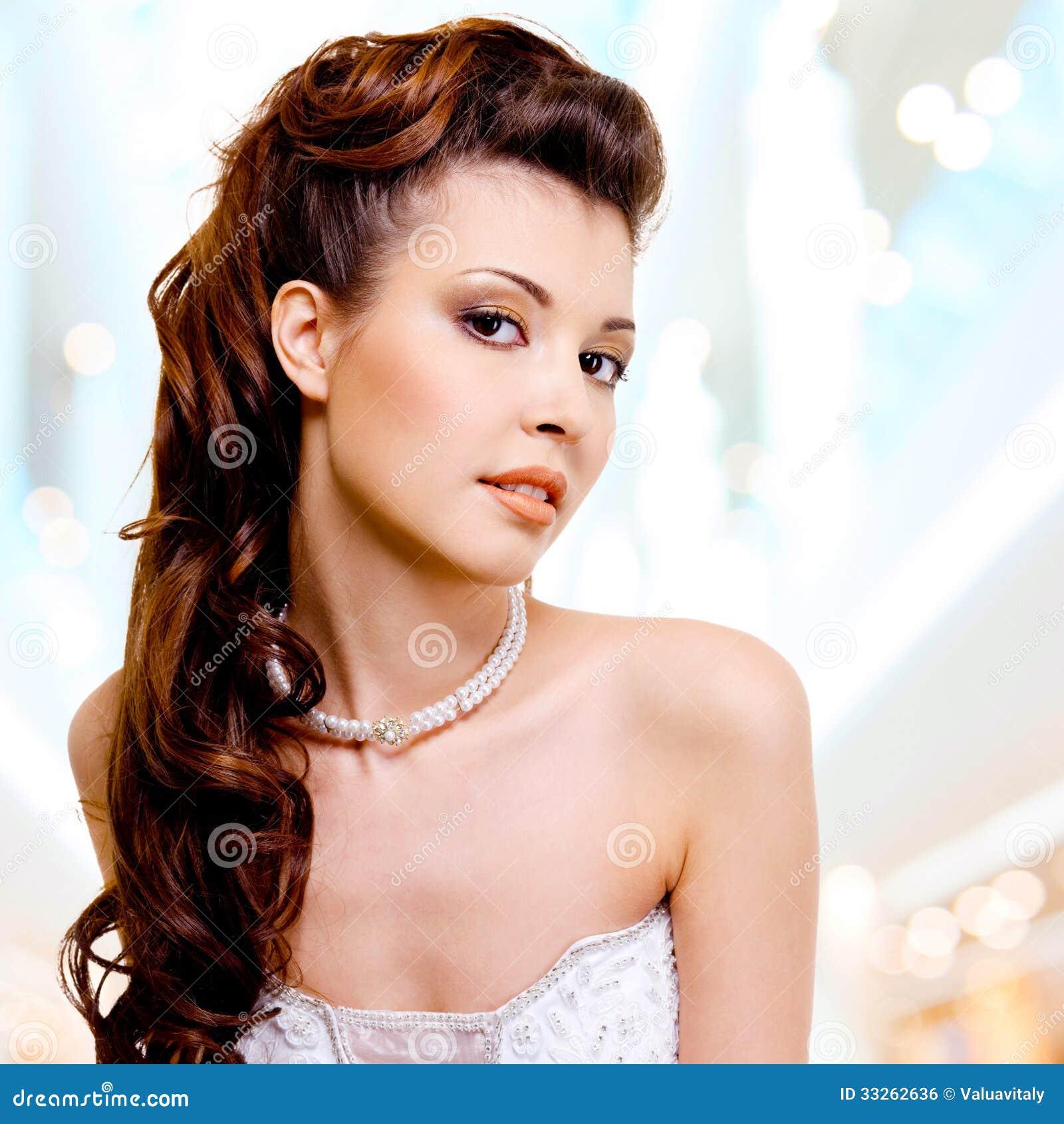 Πρόσωπο της όμορφης γυναίκας με τη μόδα hairstyle και το makeu γοητείας