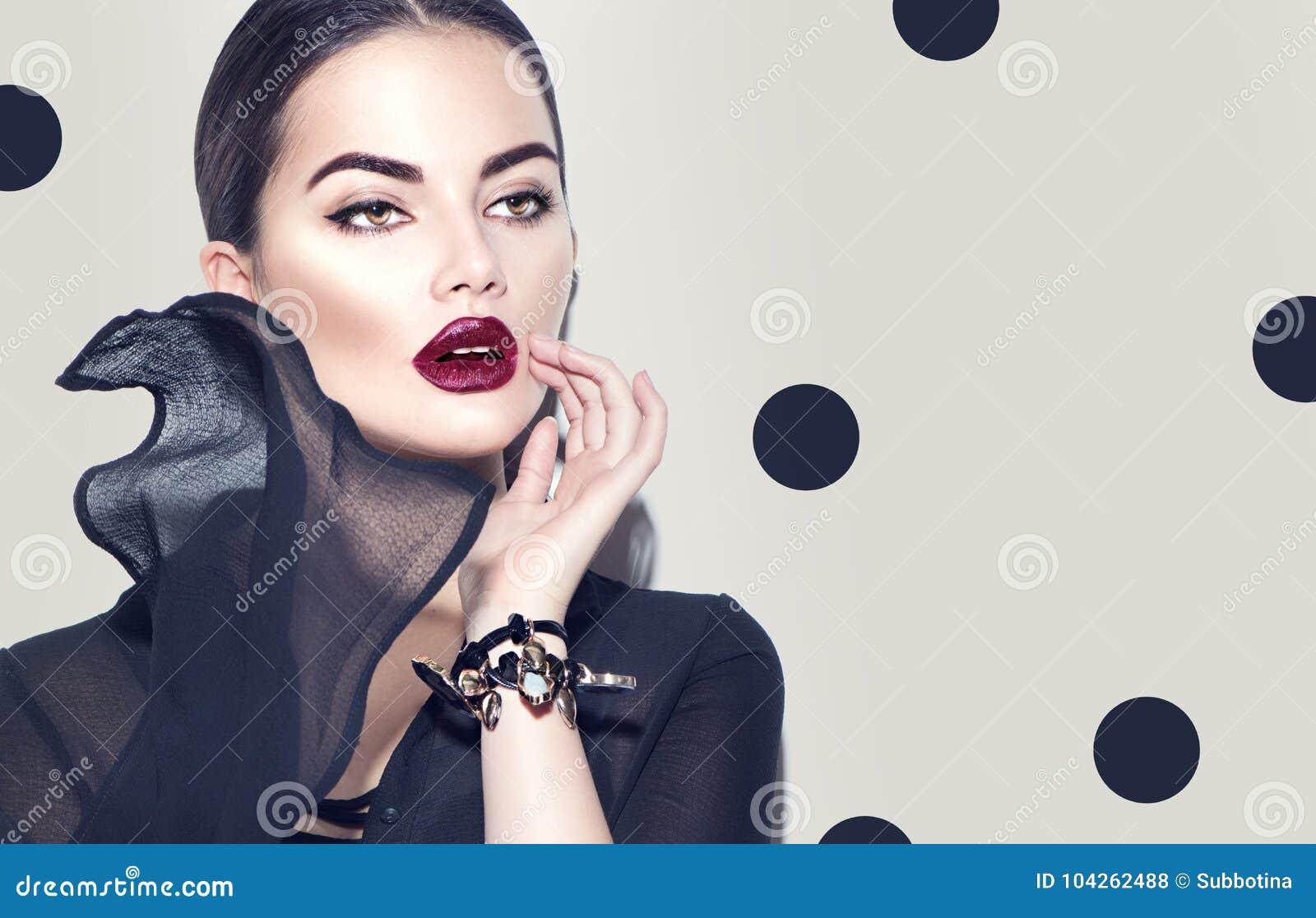 Πρότυπη γυναίκα μόδας που φορά το μοντέρνο φόρεμα σιφόν Κορίτσι ομορφιάς με το σκοτεινό makeup