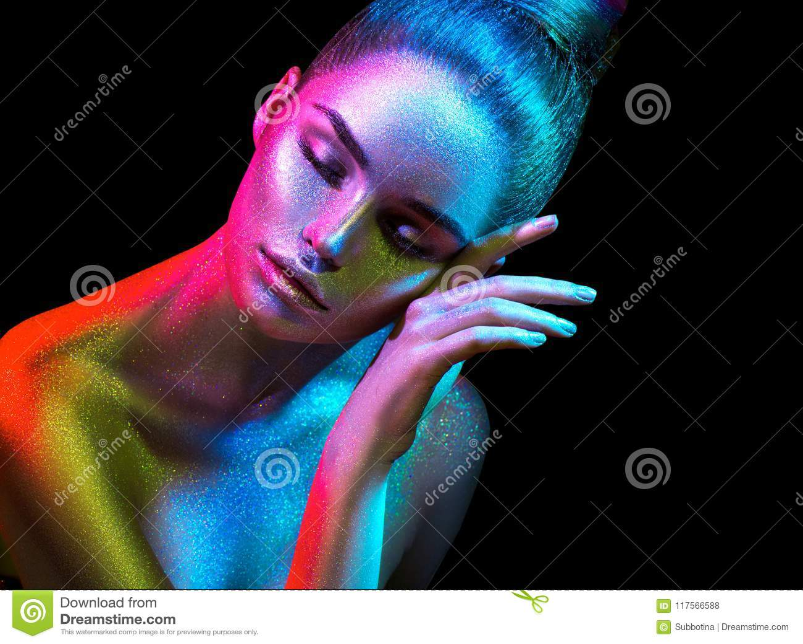 Πρότυπη γυναίκα μόδας στα ζωηρόχρωμα φωτεινά σπινθηρίσματα και τα φω τα νέου που θέτουν στο στούντιο, πορτρέτο του όμορφου προκλη