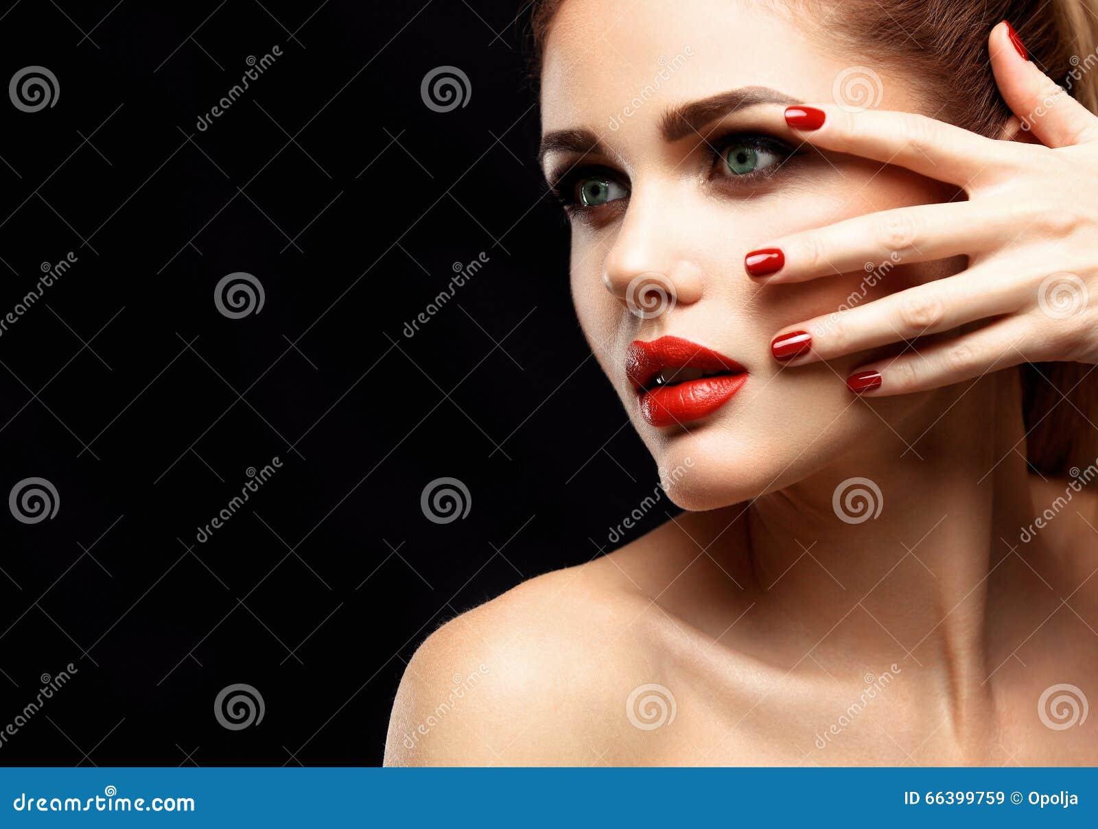 Πρότυπη γυναίκα ομορφιάς με τη μακριά καφετιά κυματιστή τρίχα Υγιής τρίχα και όμορφο επαγγελματικό Makeup Κόκκινα χείλια και καπν