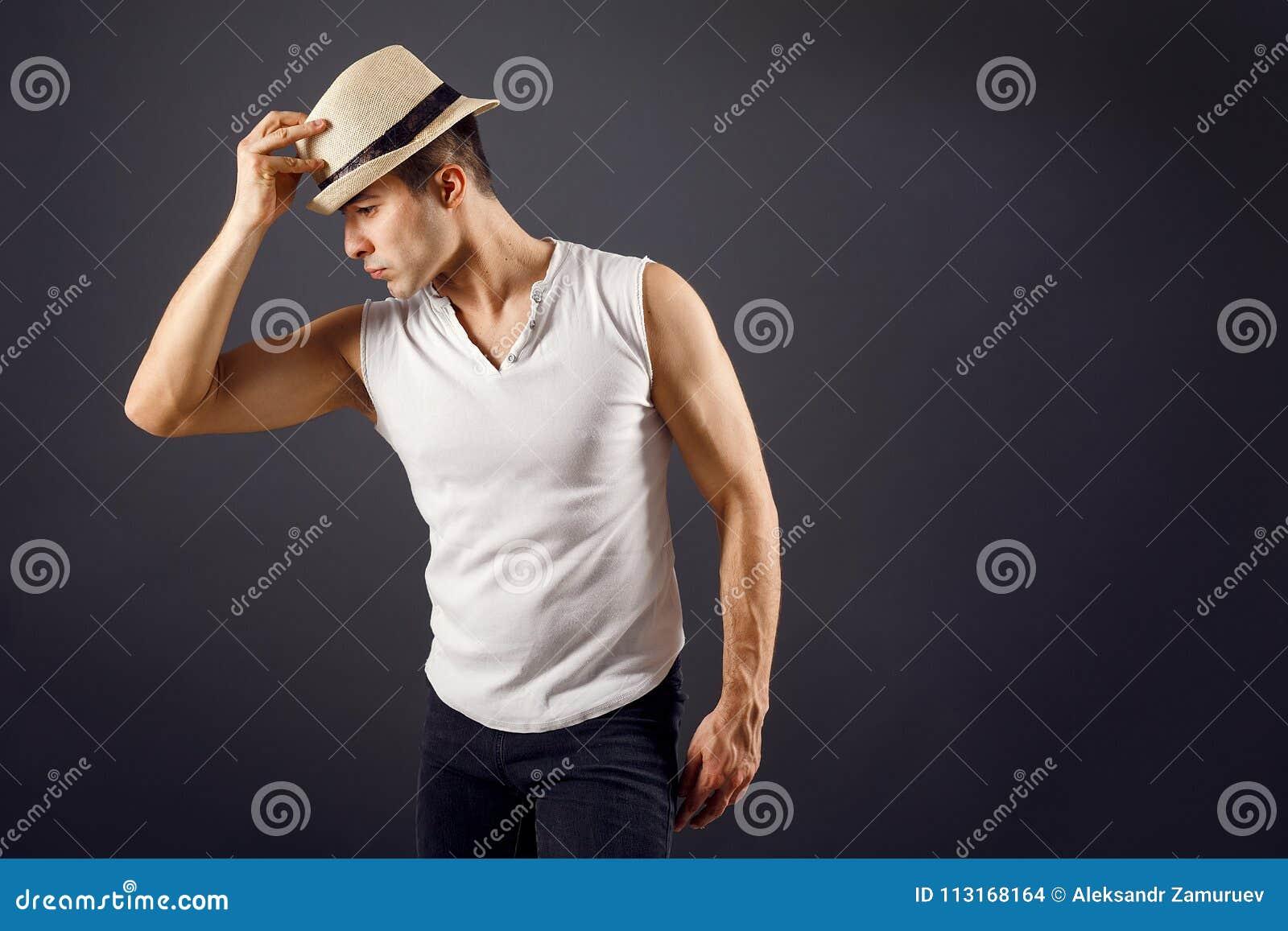 Πρότυπος, μοντέρνος νεαρός άνδρας μόδας ατόμων που φορά το καπέλο fedora