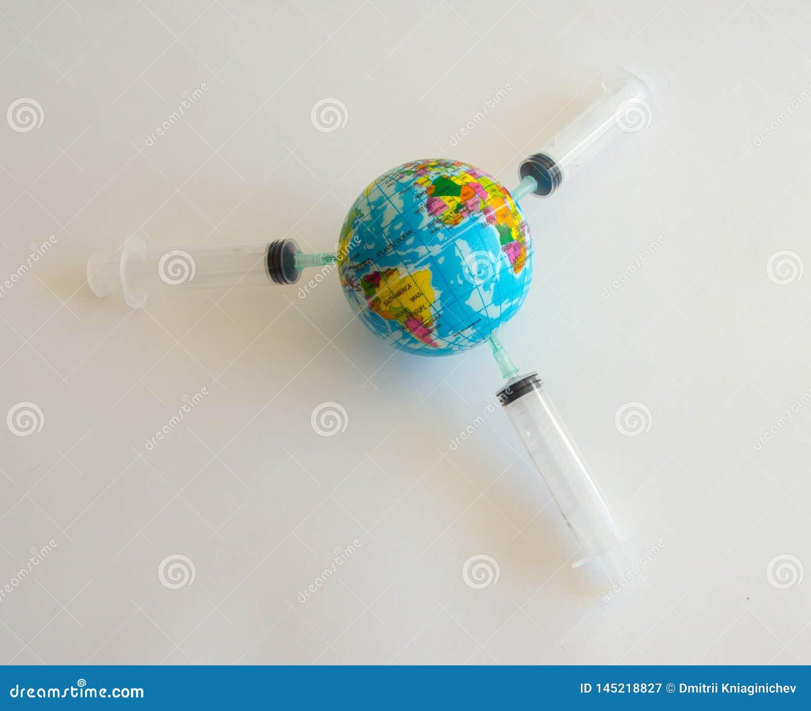 Πρότυπος πλανήτης Γη στις σύριγγες στο άσπρο υπόβαθρο - εικόνα