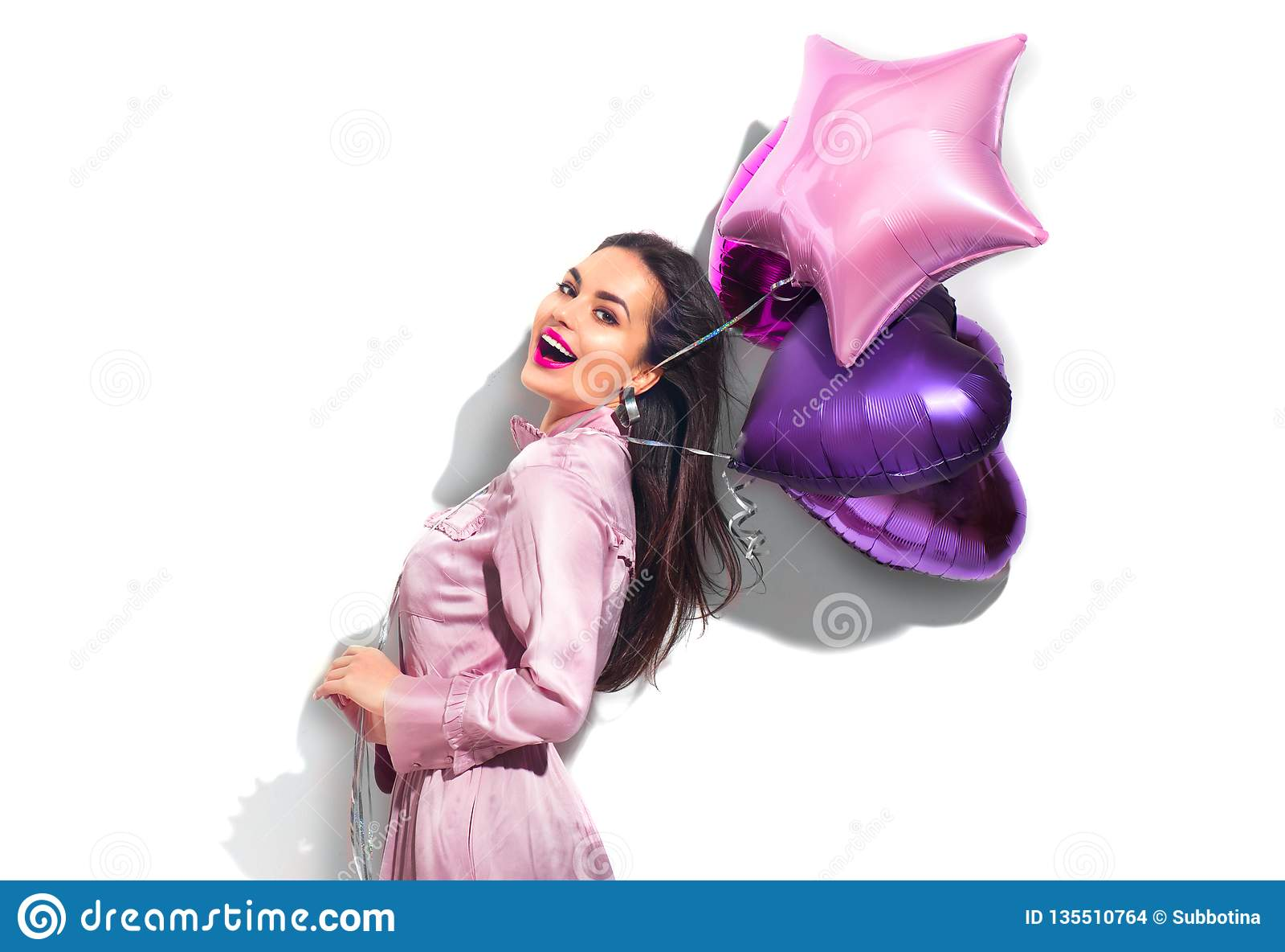 Πρότυπο κορίτσι κομμάτων μόδας ομορφιάς με διαμορφωμένα τα καρδιά μπαλόνια αέρα που έχουν τη διασκέδαση Γιορτή γενεθλίων, ημέρα β