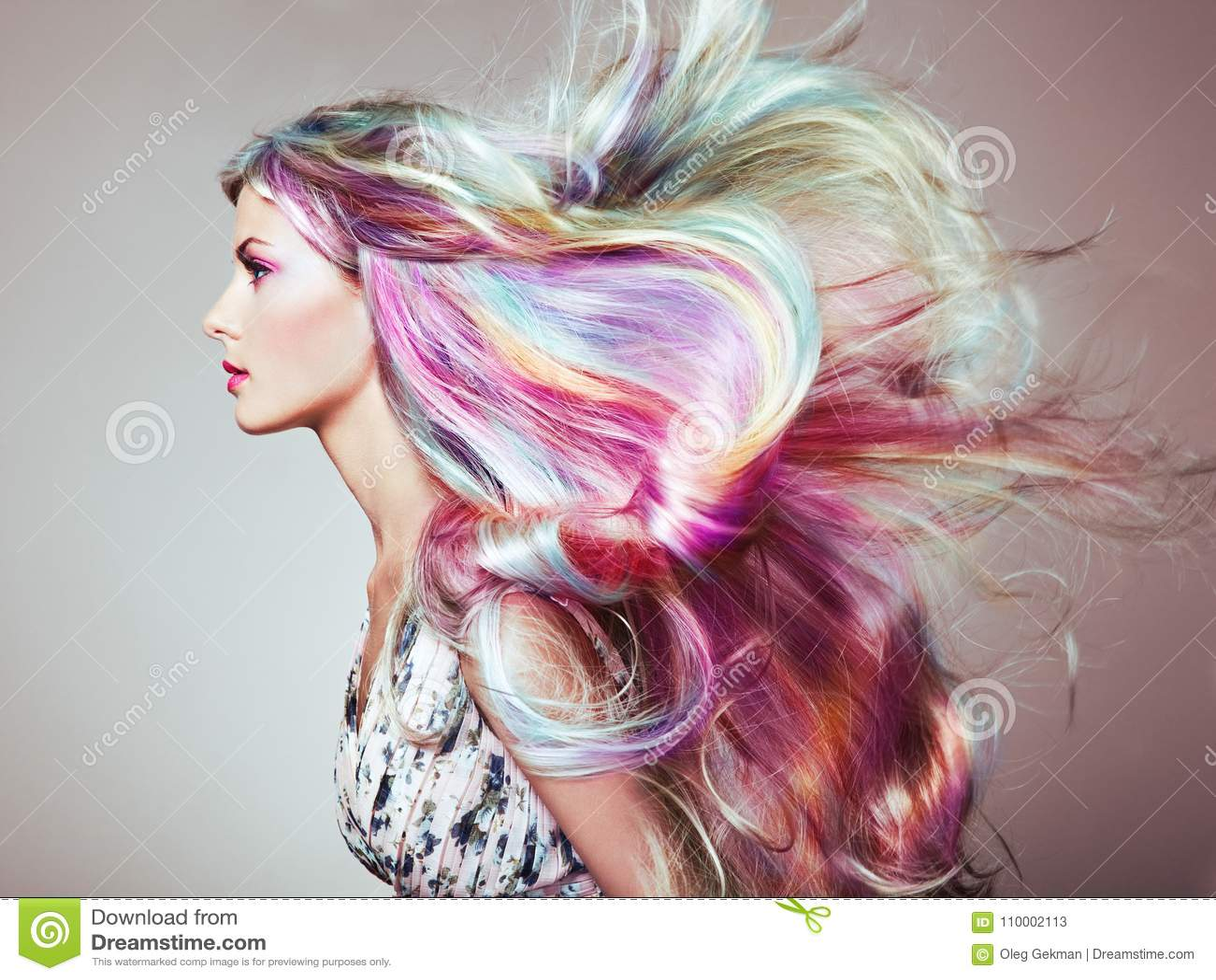 Πρότυπο κορίτσι μόδας ομορφιάς με τη ζωηρόχρωμη βαμμένη τρίχα