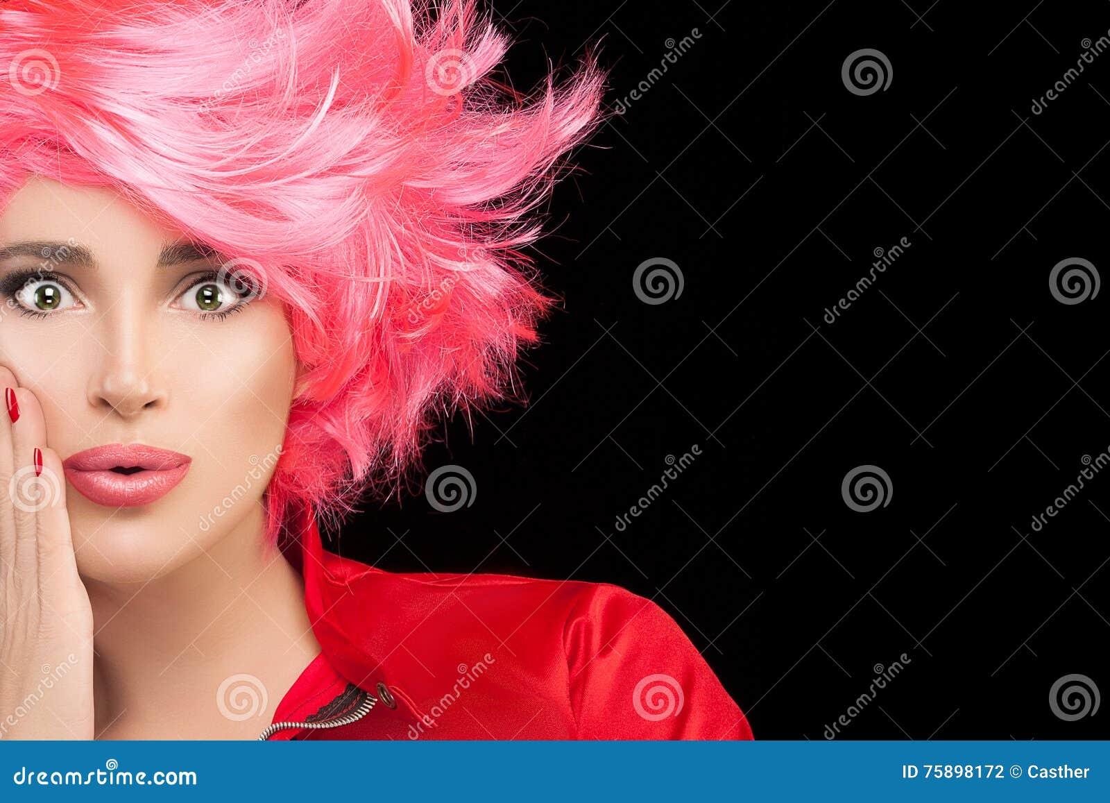 Πρότυπο κορίτσι μόδας με τη μοντέρνη βαμμένη ρόδινη τρίχα