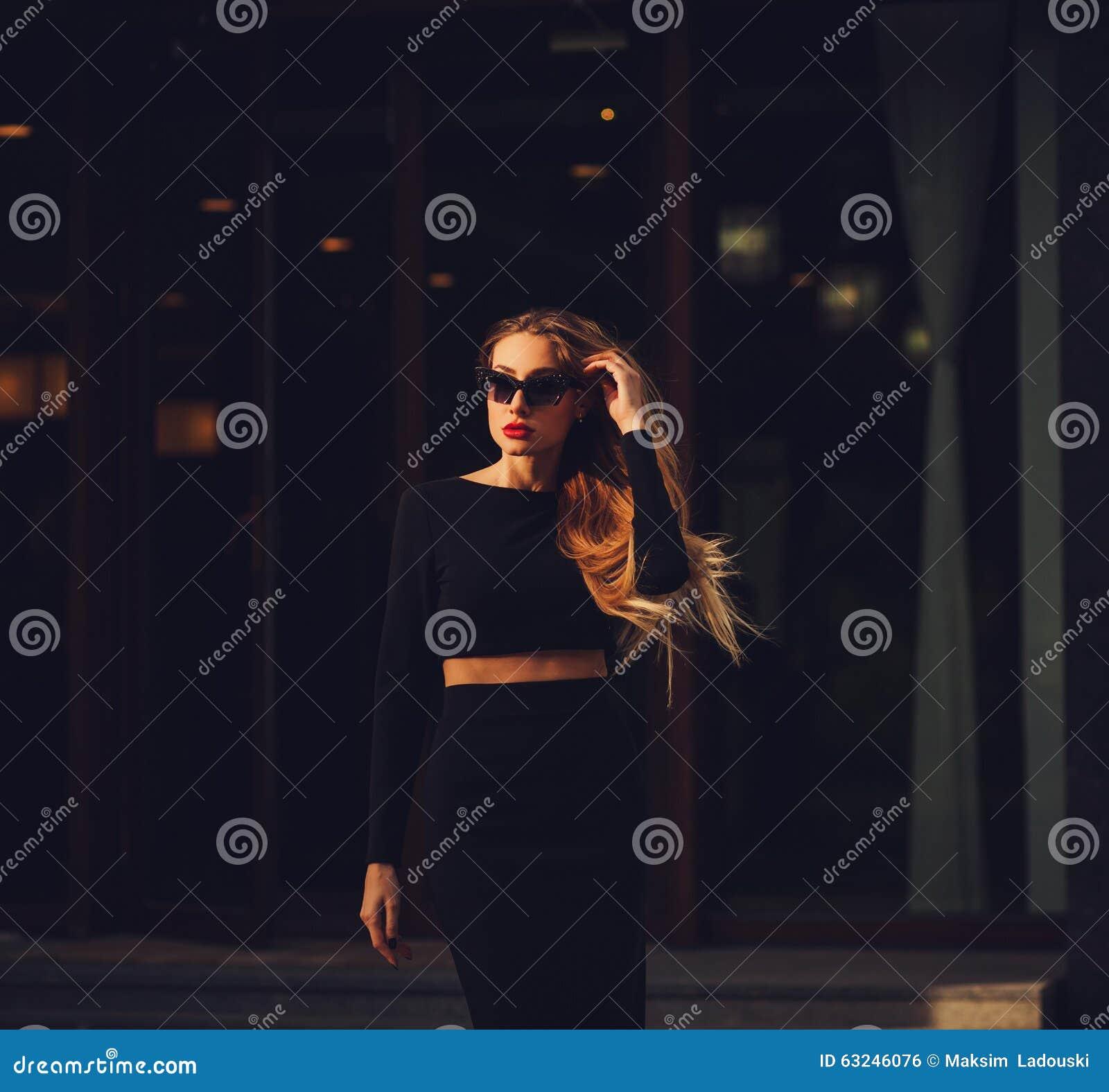 Πρότυπο κορίτσι μόδας ομορφιάς υπαίθριο