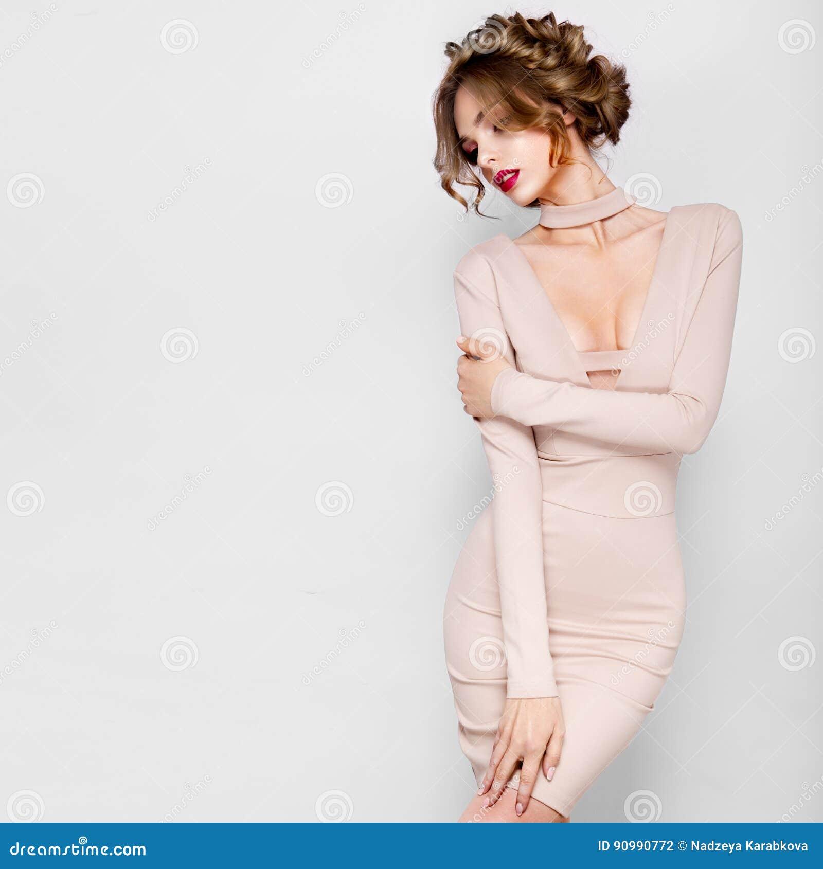 Πρότυπο κορίτσι ομορφιάς μόδας με την τρίχα λουλουδιών Νύφη Τέλειος δημιουργικός αποτελεί και ύφος τρίχας hairstyle