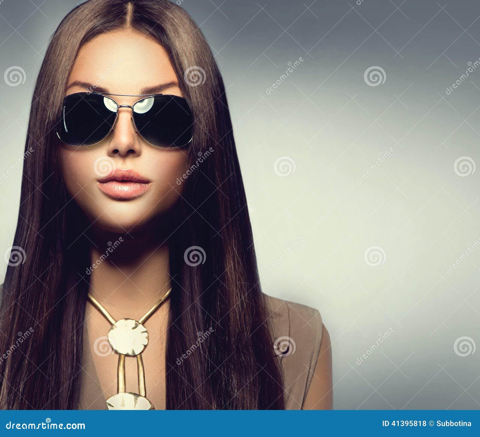 Πρότυπο κορίτσι ομορφιάς που φορά τα γυαλιά ηλίου