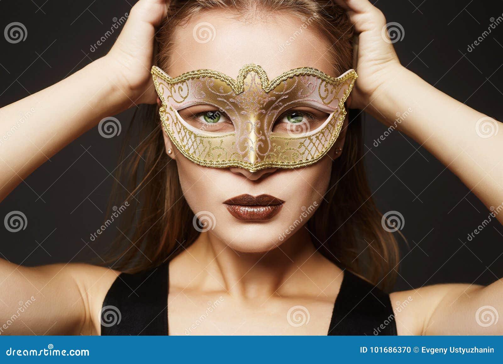 Πρότυπο κορίτσι ομορφιάς στη μάσκα καρναβαλιού