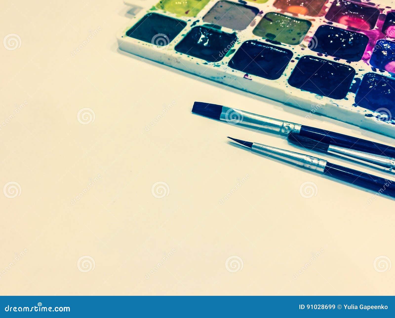 Πρότυπο με μια κενή σελίδα, τα χρώματα και τις βούρτσες με τη θέση για το σας