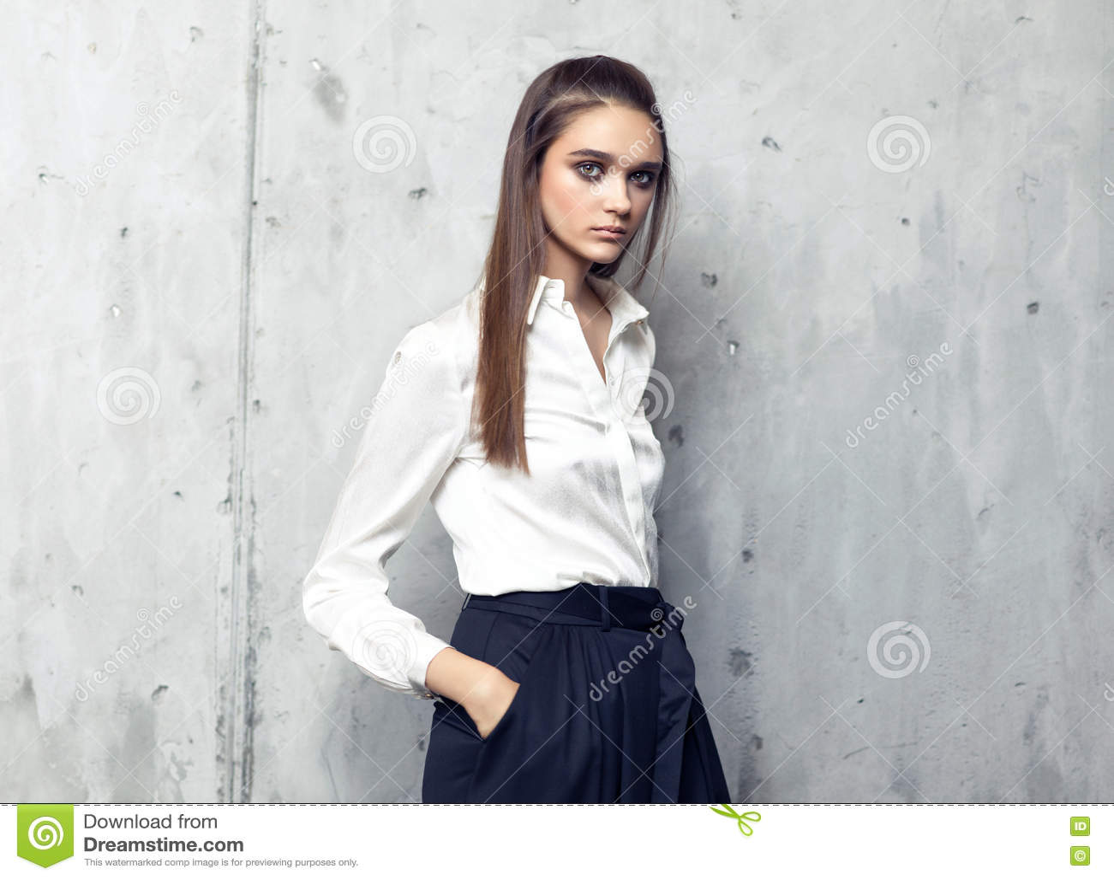0668ebf7d70b Πρότυπο μόδας που φορά το άσπρο πουκάμισο και πολύ τη μαύρη τοποθέτηση  φουστών στο στούντιο στο συμπαγή τοίχο. Περισσότερες παρόμοιες στοκ εικόνες