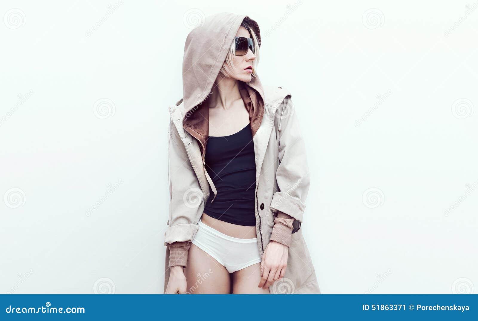 Πρότυπο μόδας στο καθιερώνον τη μόδα παλτό τζιν