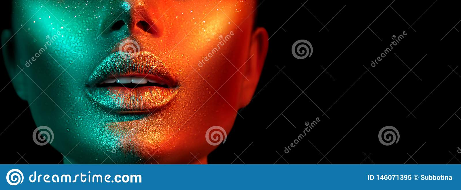 Πρότυπο πρόσωπο γυναικών μόδας στα φωτεινά σπινθηρίσματα, ζωηρόχρωμα φω τα νέου, όμορφα προκλητικά χείλια κοριτσιών Καθιερώνουσα