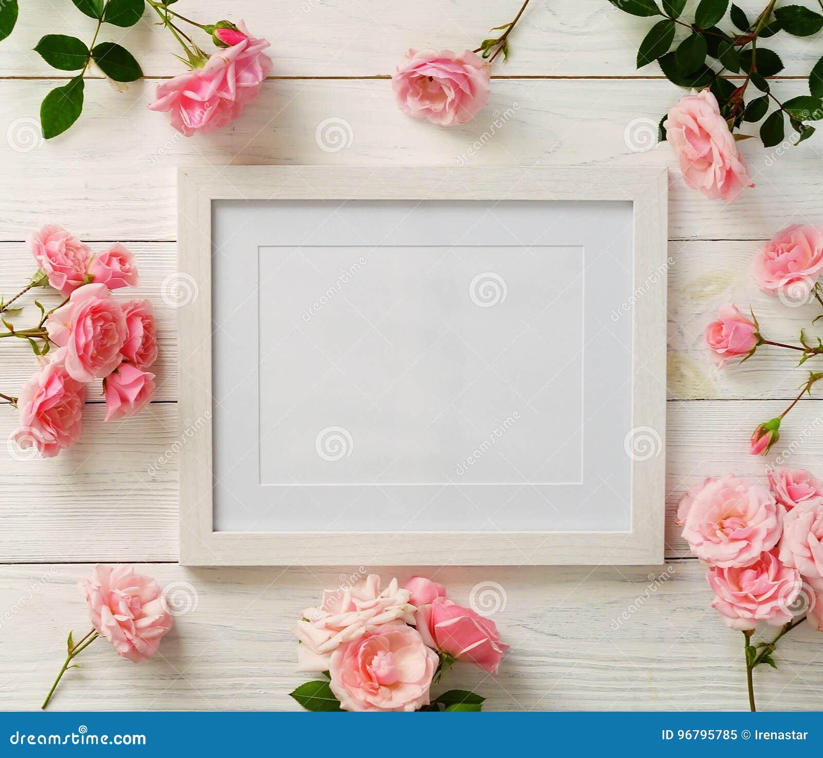 Πρότυπο πλαισίων αφισών, τοπ άποψη, ρόδινα τριαντάφυλλα στο άσπρο ξύλινο υπόβαθρο Έννοια διακοπών Επίπεδος βάλτε διάστημα αντιγρά