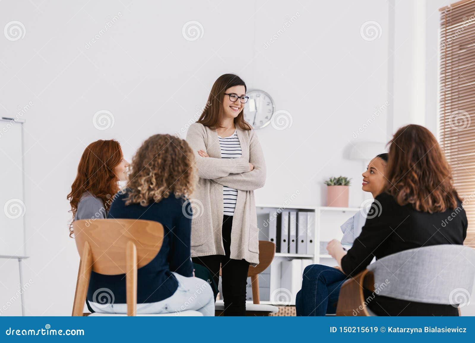 Πρώτη συνεδρίαση της συνεδρίασης των ομάδων στήριξης ζητημάτων των γυναικών, έννοια θεραπείας ομάδας