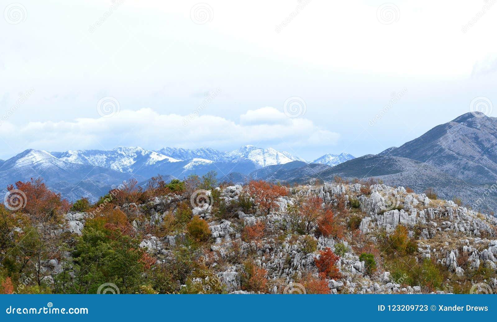 Πρώτο χιόνι στα βουνά του Μαυροβουνίου ` s