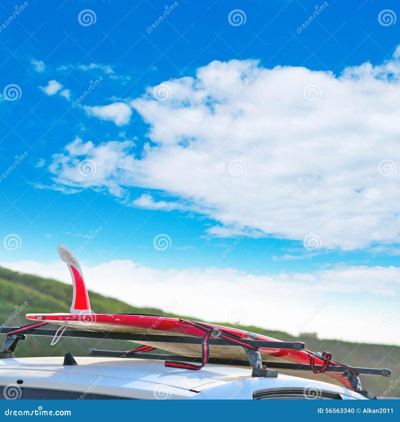Download Πτερύγιο ιστιοσανίδων κάτω από έναν νεφελώδη ουρανό Στοκ Εικόνες - εικόνα από ωκεανός, στέγη: 56563340