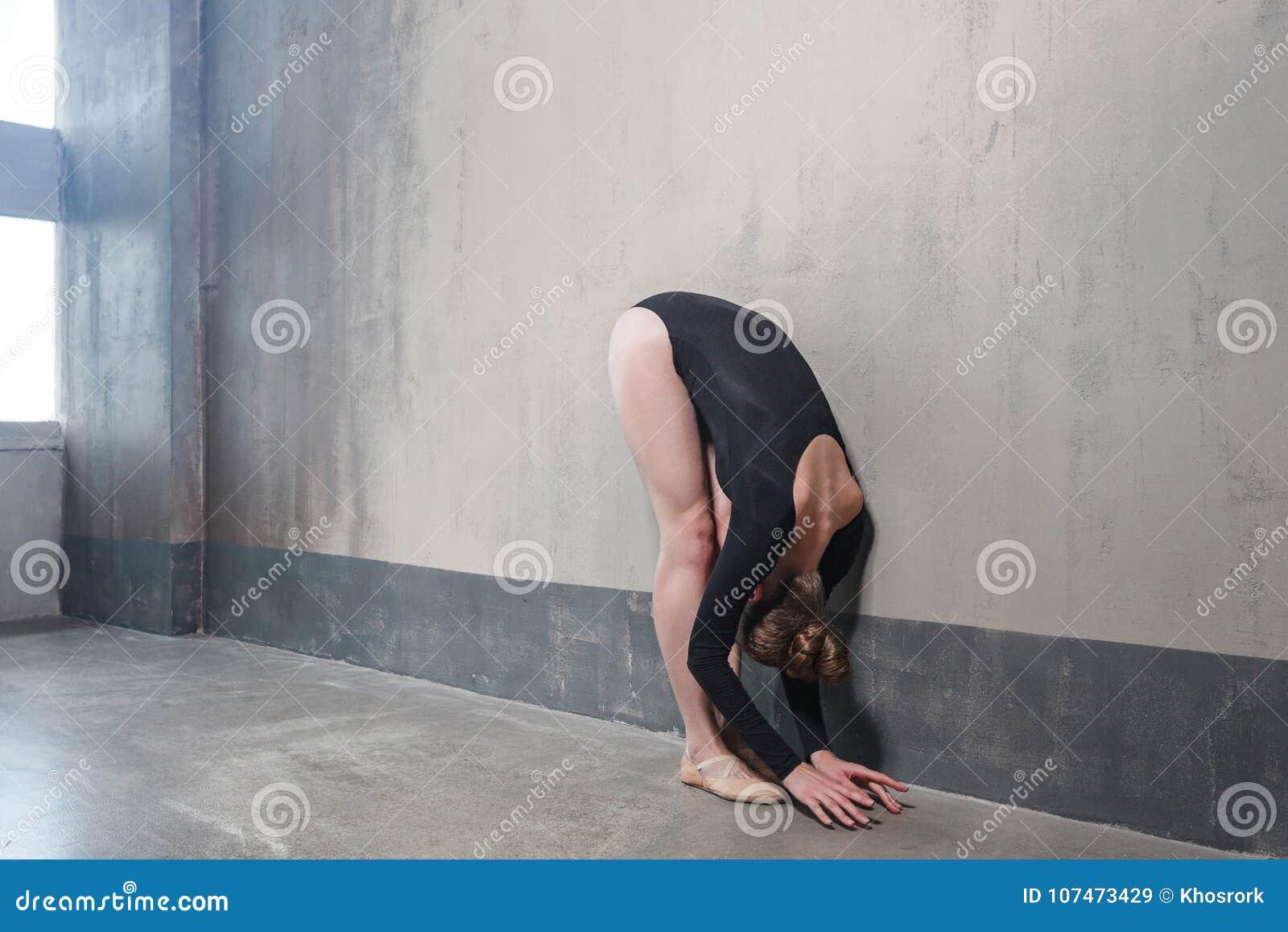 Πτυχές, κλίση dowm Μακρυμάλλης γυναίκα που κάνει την άσκηση ικανότητας