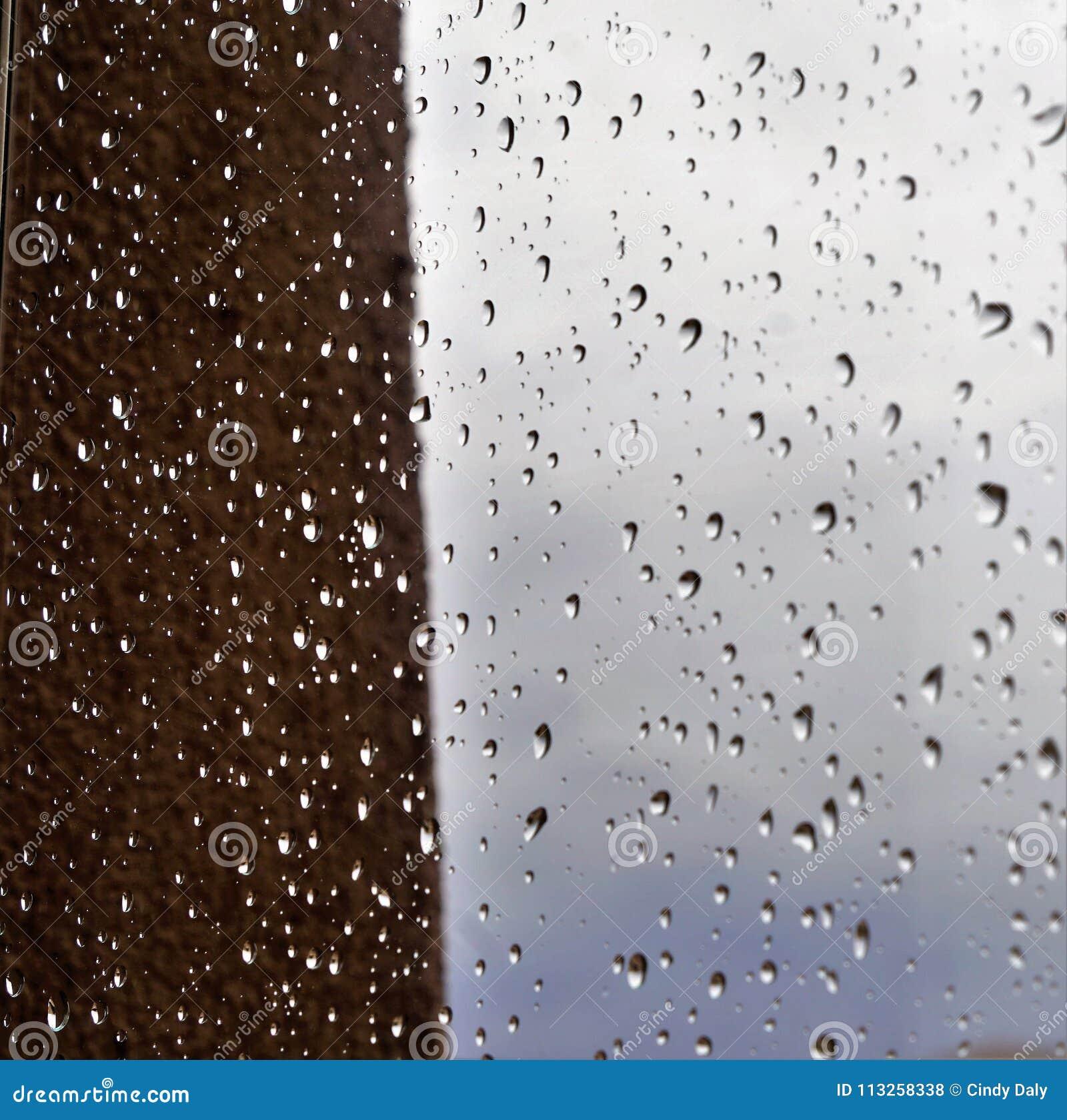 Πτώσεις βροχής στη θαμπάδα παραθύρων