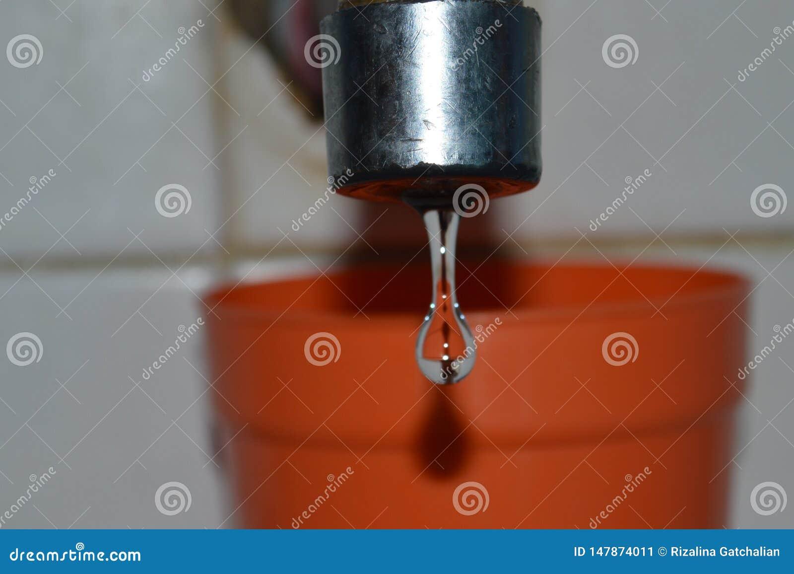 Πτώσεις νερού από μια στρόφιγγα