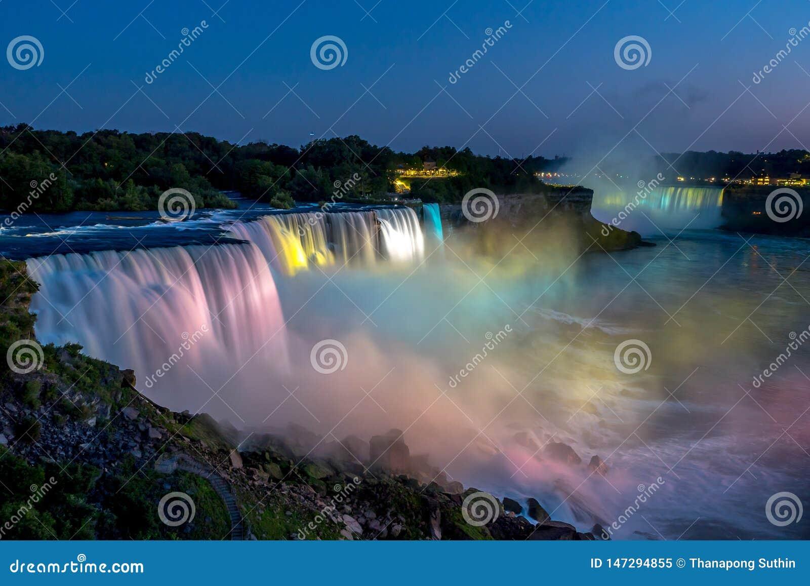 Πτώσεις Niagara το καλοκαίρι κατά τη διάρκεια του όμορφου βραδιού