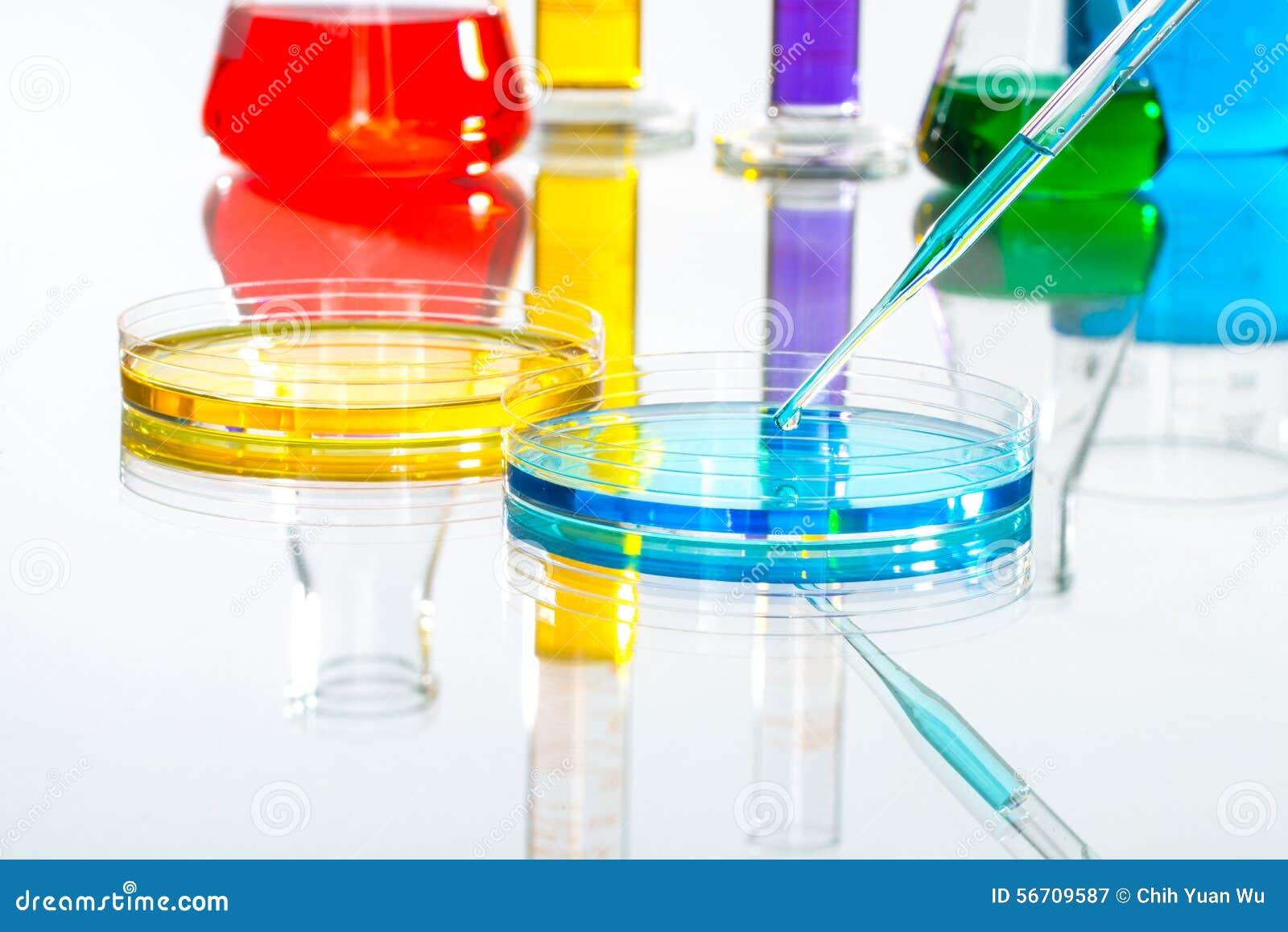 Πτώση σιφωνίων εργαστηριακών γυαλικών επιστήμης, αντανακλαστική άσπρη πλάτη