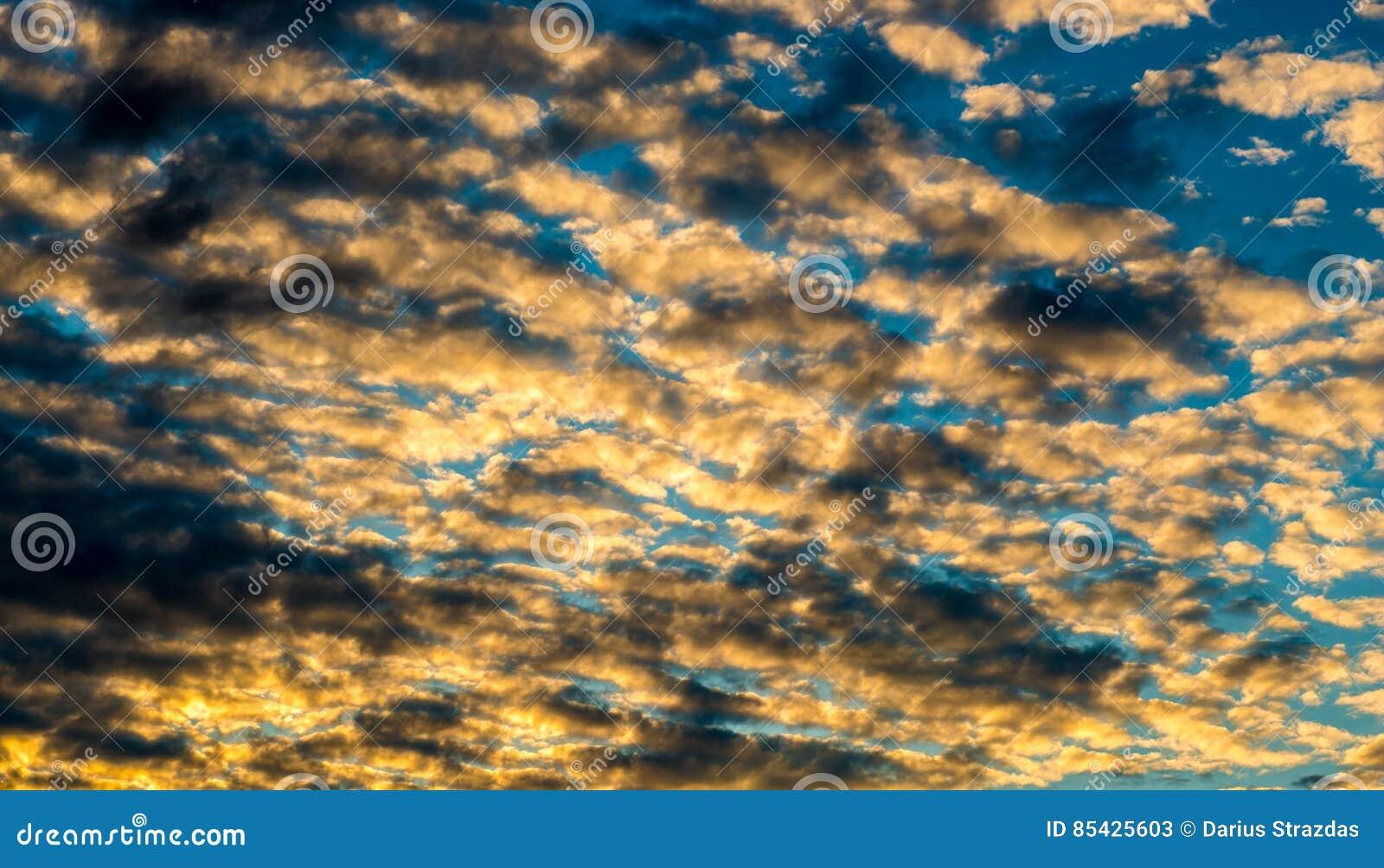 Πυκνά σύννεφα ηλιοβασιλέματος