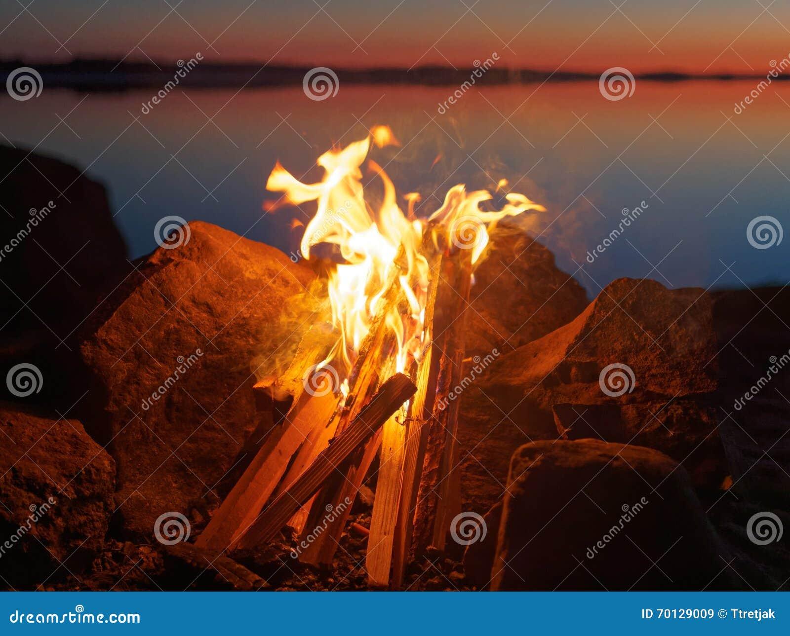 Πυρά προσκόπων στην παραλία τη νύχτα