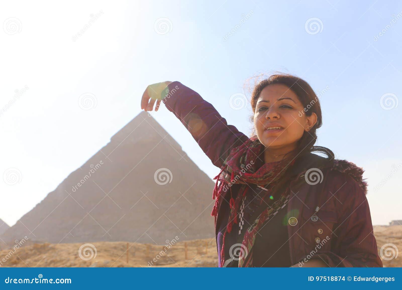 Πυραμίδα και γυναίκα