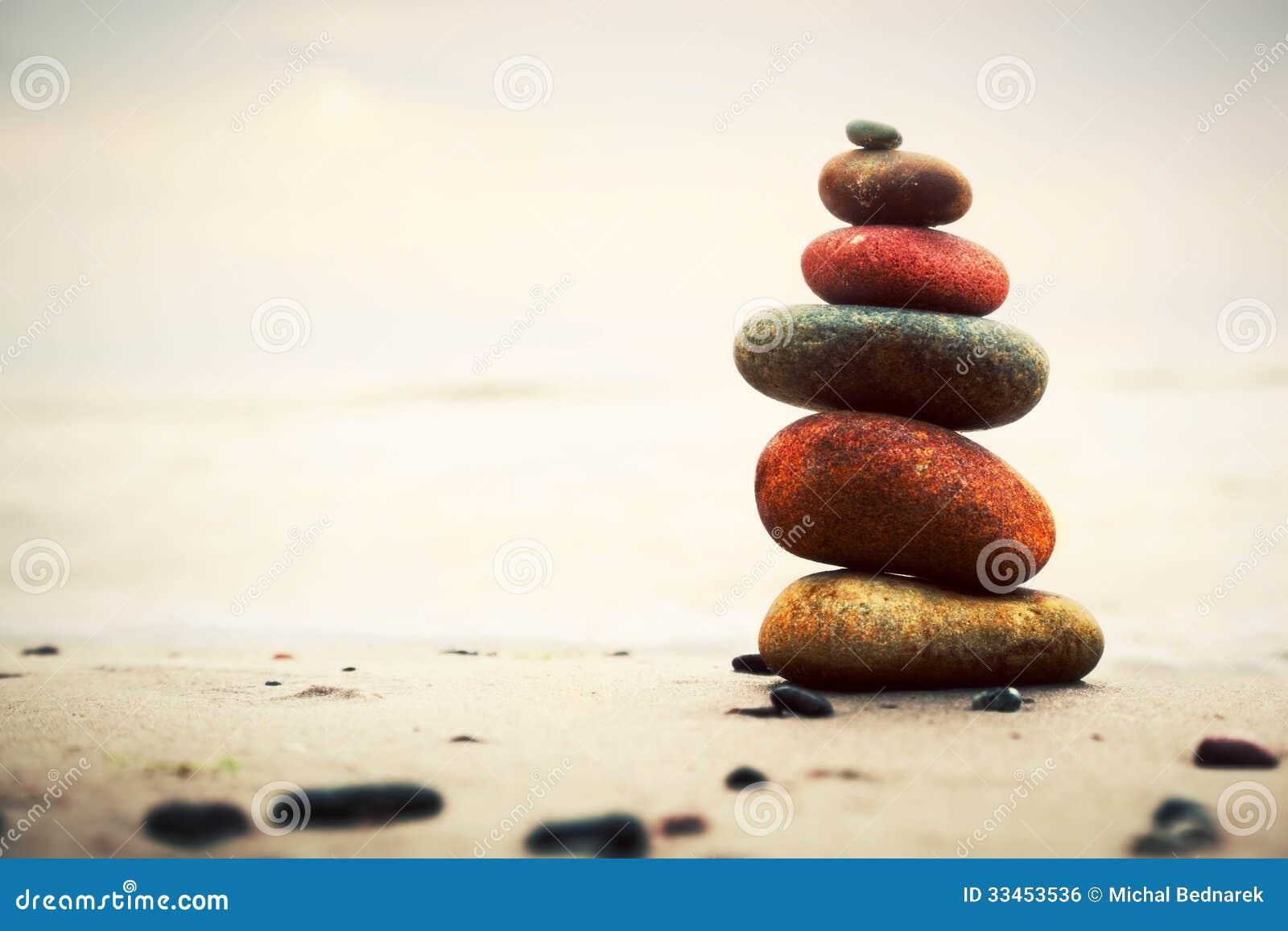 Πυραμίδα πετρών στην άμμο