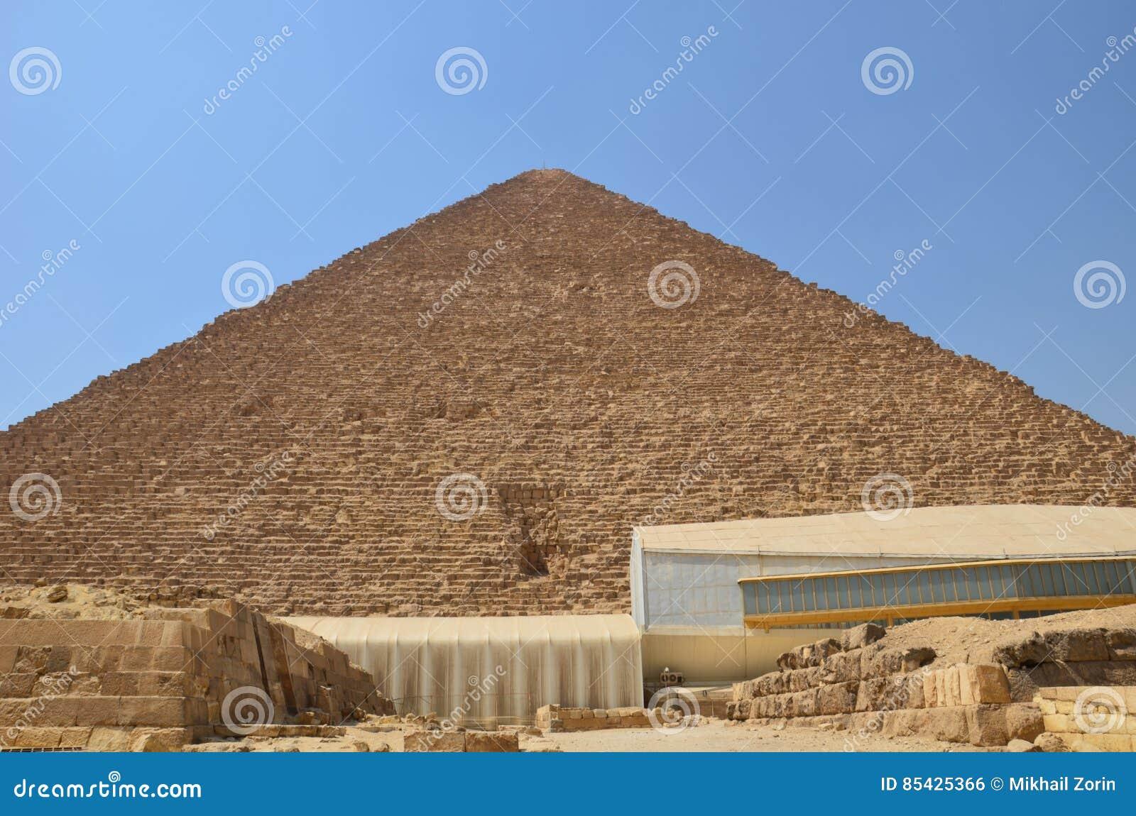 Πυραμίδα στη σκόνη άμμου κάτω από τα γκρίζα σύννεφα