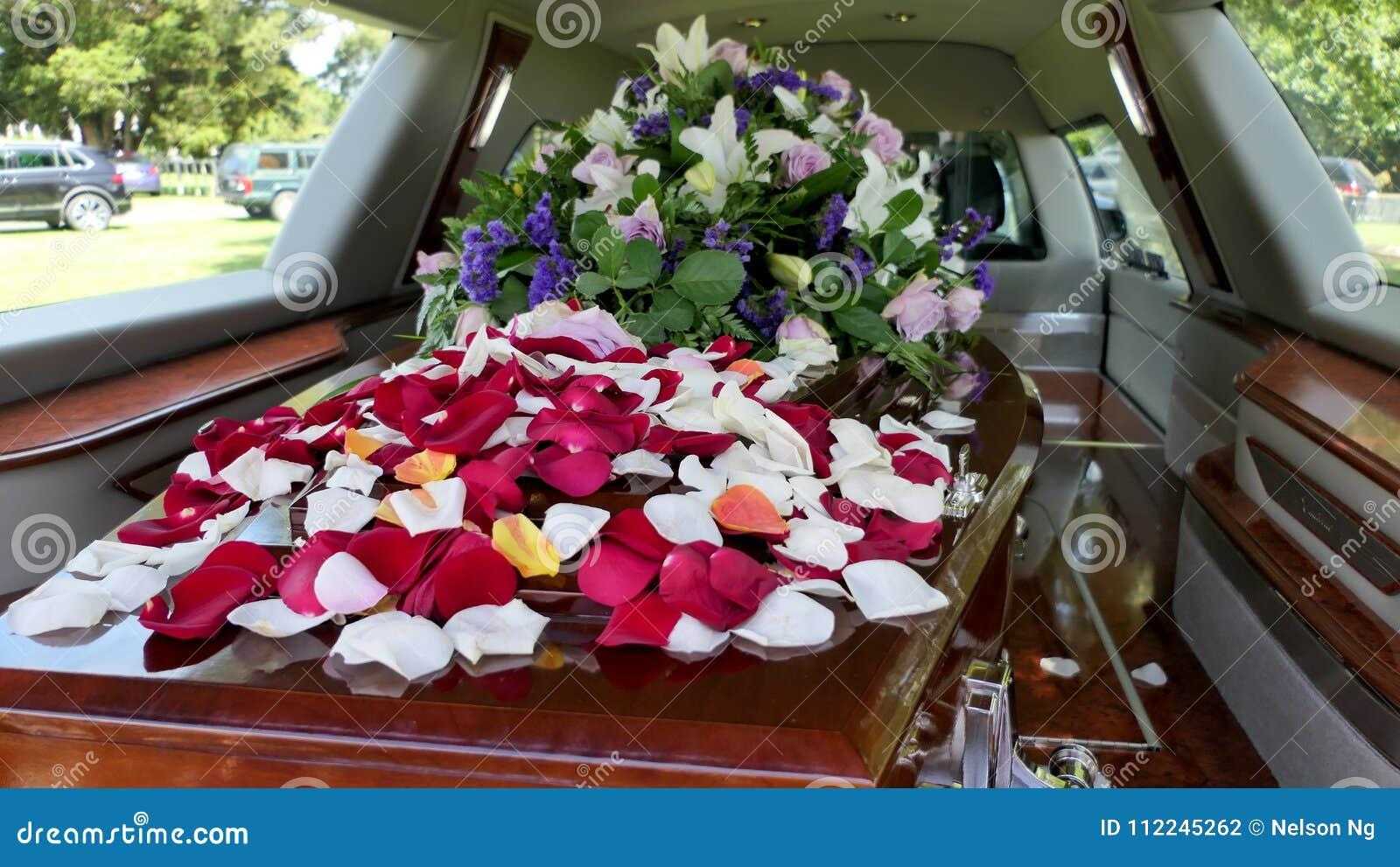 Πυροβοληθείς μιας ζωηρόχρωμης κασετίνας hearse ή ένα παρεκκλησι πριν από την κηδεία ή του ενταφιασμού στο νεκροταφείο