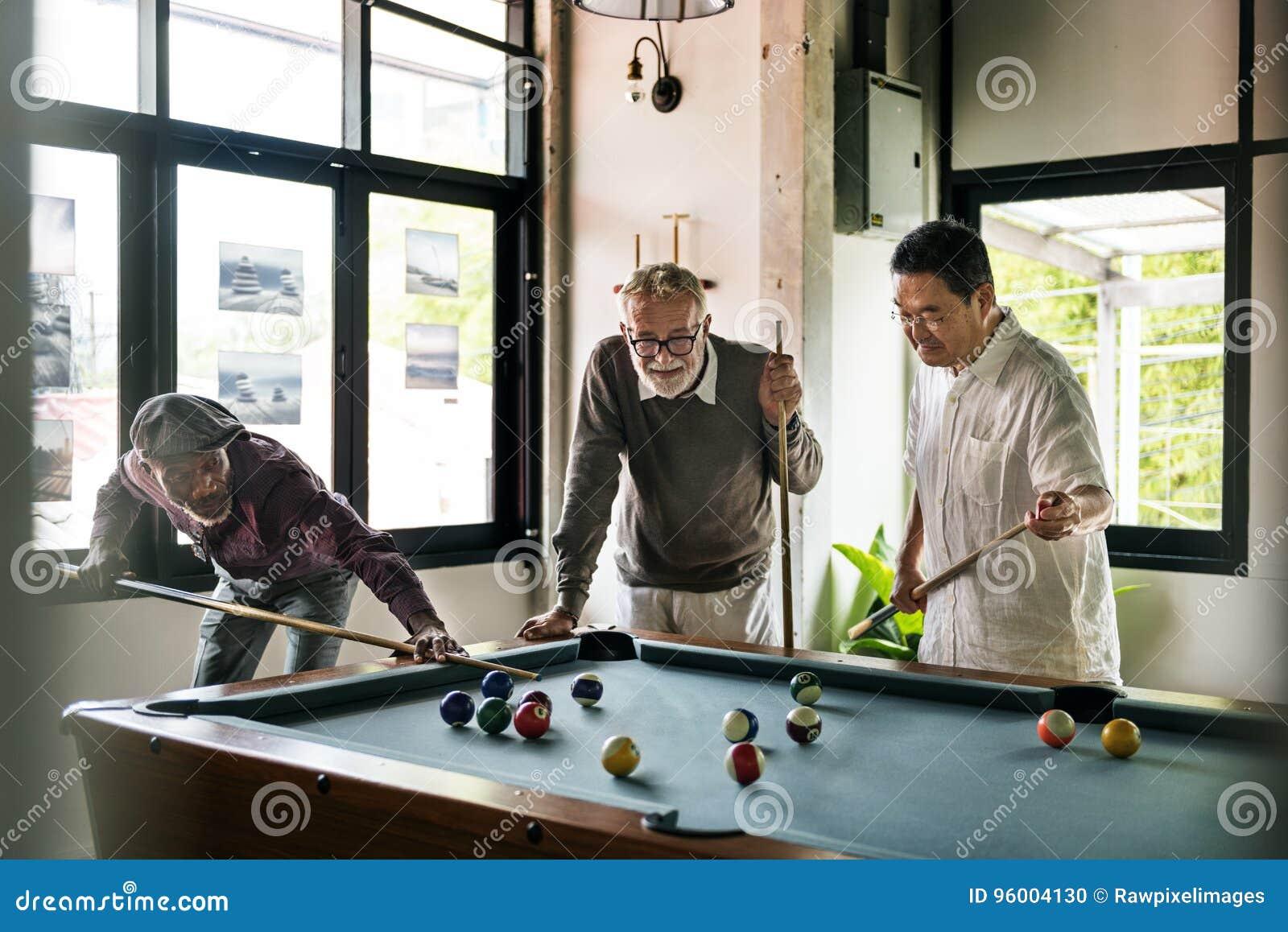 Πυροβοληθείσα έννοια παιχνιδιών ομάδας ελεύθερου χρόνου λεσχών σφαιρών μπιλιάρδου αθλητισμός