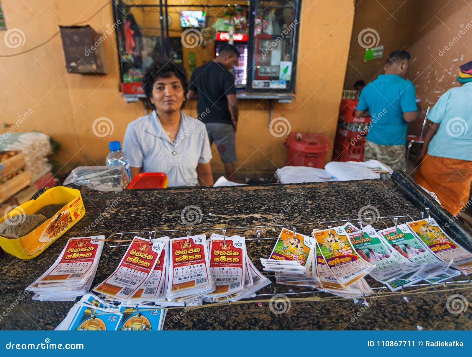 Πωλητής των εισιτηρίων λαχειοφόρων αγορών στην πολυάσχολη αγορά πόλεων