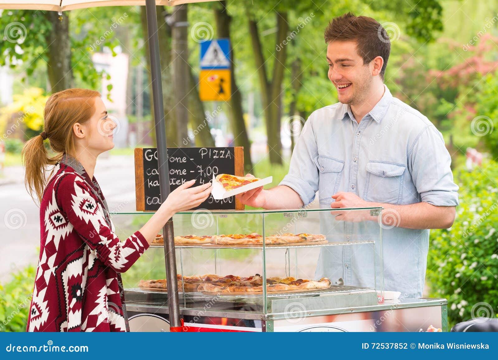 Πωλώντας πίτσα ατόμων από τη φέτα