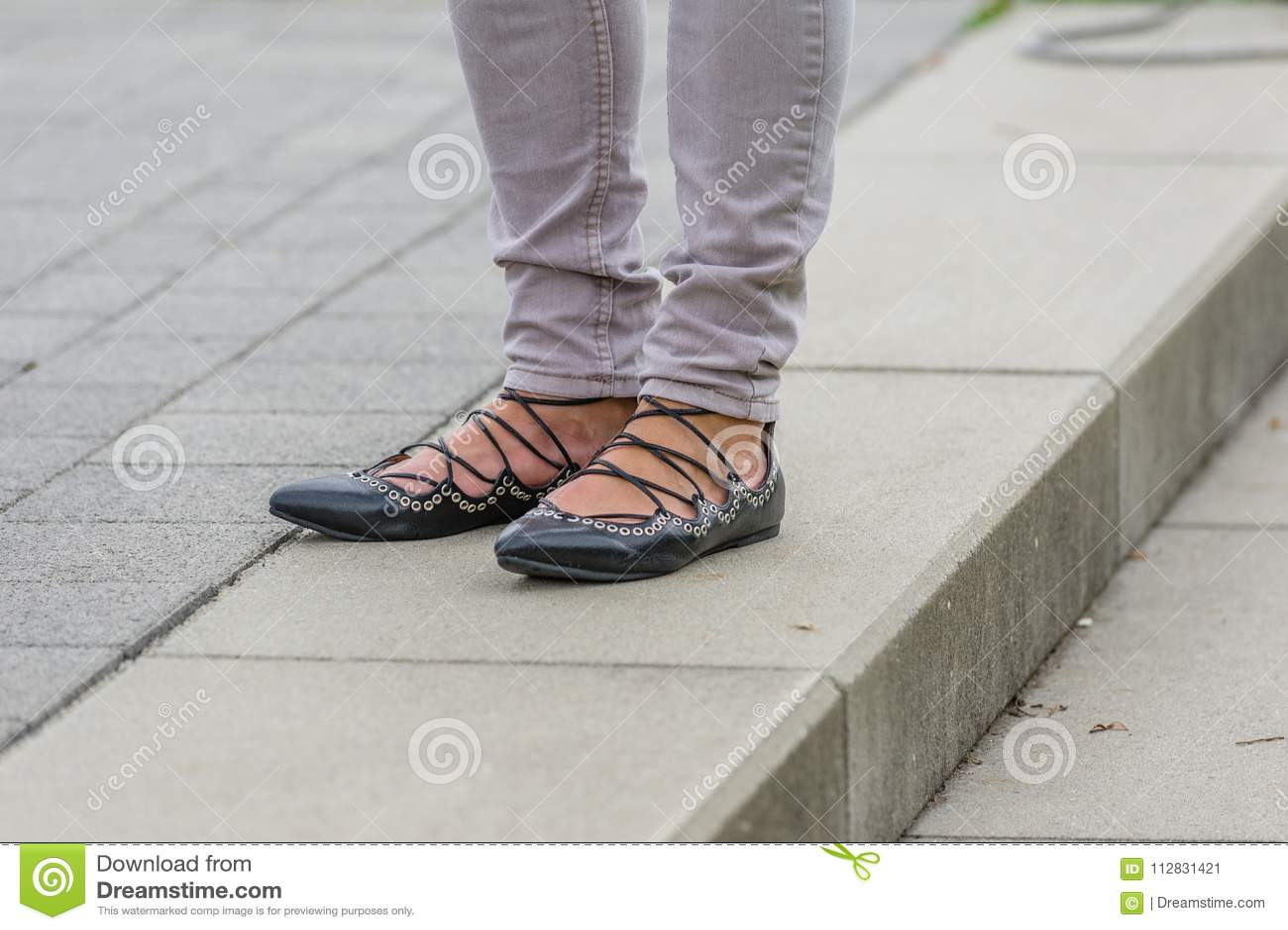 Πόδια γυναικών με τα μαύρα ghillies