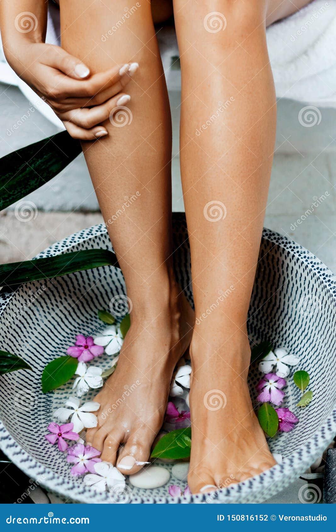 Πόδια γυναικών ομορφιάς στο λουτρό με το ομαλό μαλακό δέρμα μετά από την αφαίρεση τρίχας Epilation λέιζερ