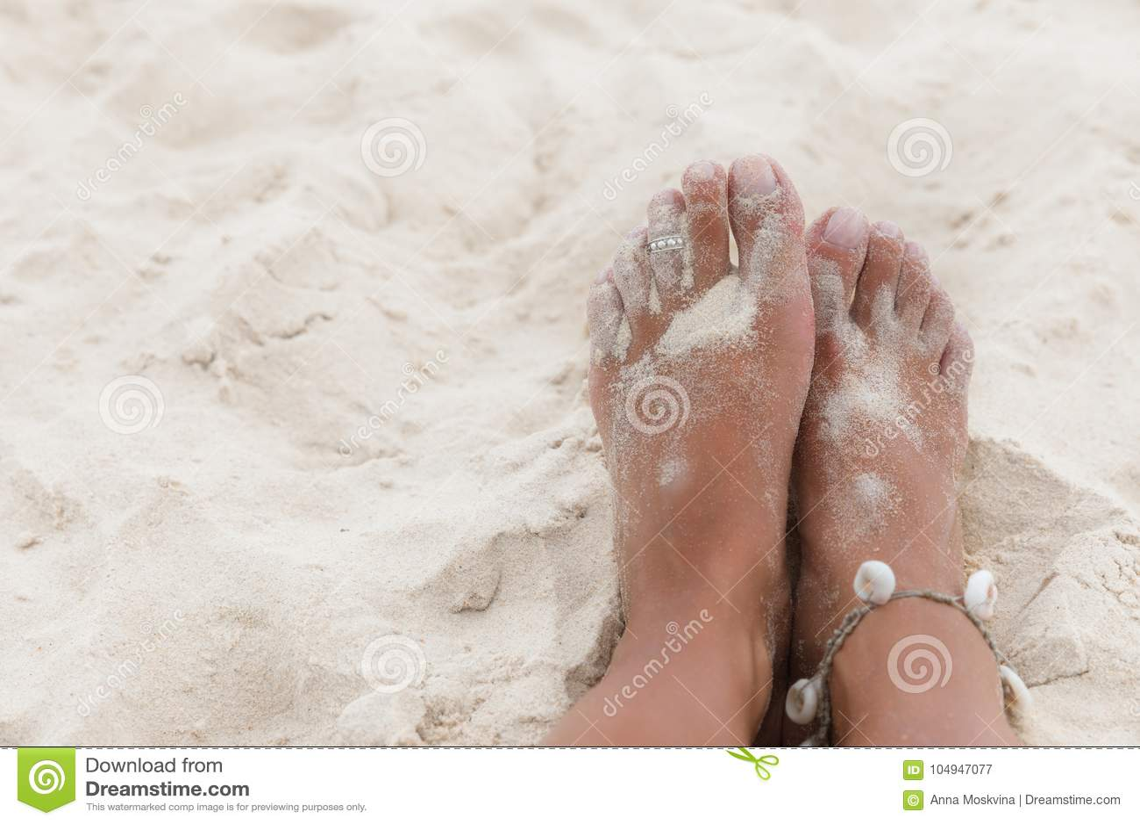 ae7672f233 Πόδια γυναικών στην άμμο της παραλίας θάλασσας Στοκ Εικόνα - εικόνα ...