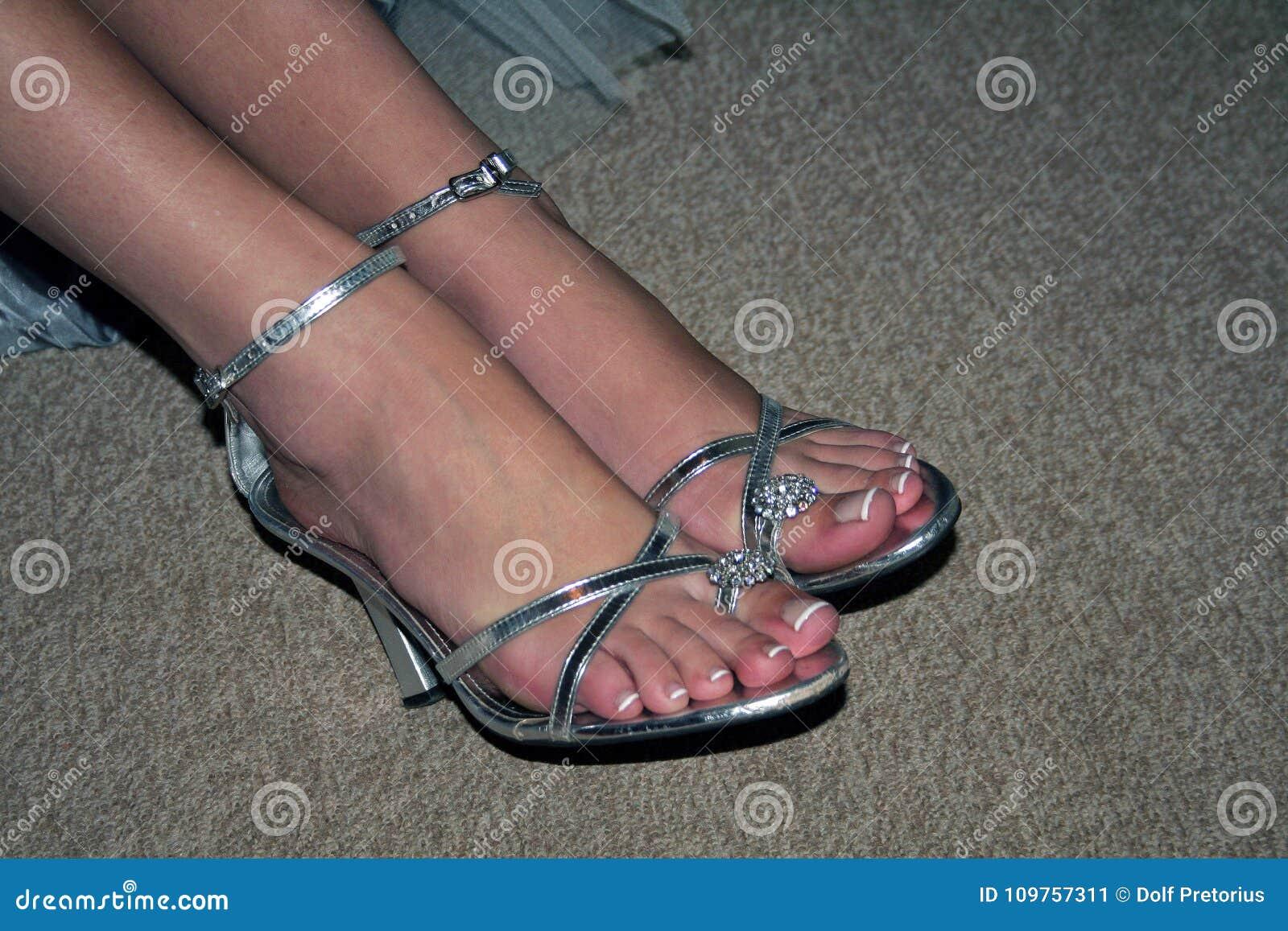 c4f9b0c23cc Εικόνα SLR των ποδιών και των αστραγάλων γυναικών ` s στα φανταχτερά ασημένια  παπούτσια με τα υψηλά τακούνια Πόδια το ένα εκτός από το άλλο Λεπτά λουριά  ...