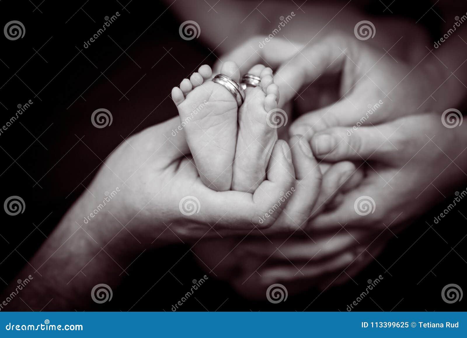 πόδια μωρών οικογένεια έννοιας ευτ& Όμορφη εννοιολογική εικόνα της μητρότητας