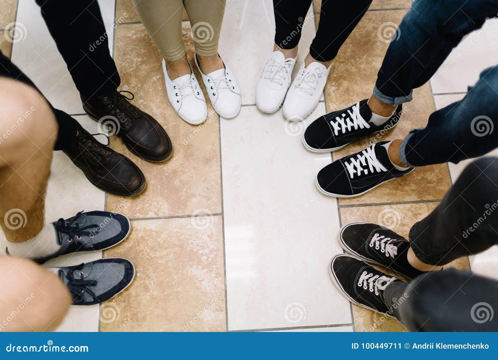 Πόδια των συμμετεχόντων επιχειρησιακών διασκέψεων